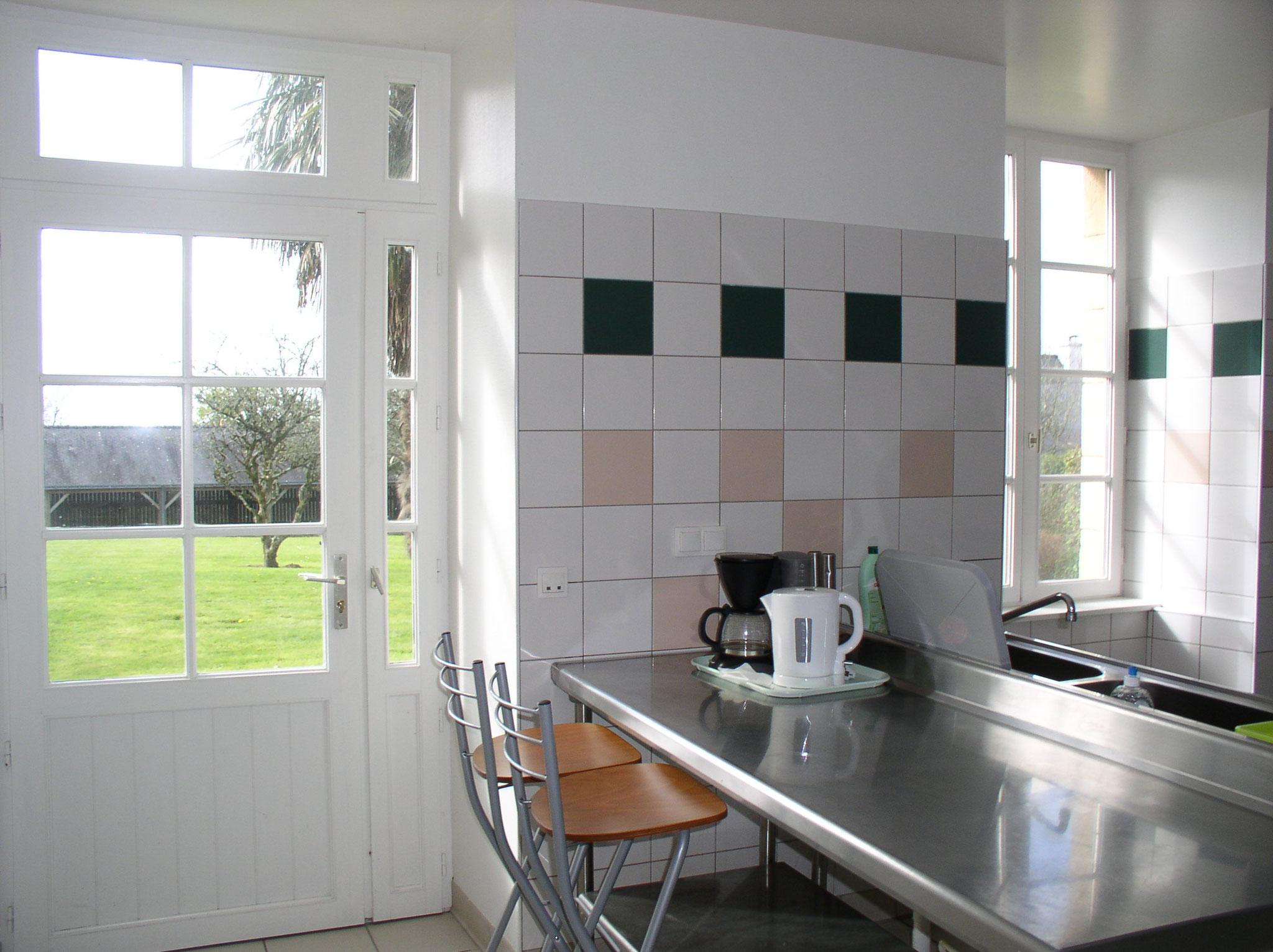 L'espace cuisine possède un accès direct sur le parc sud.