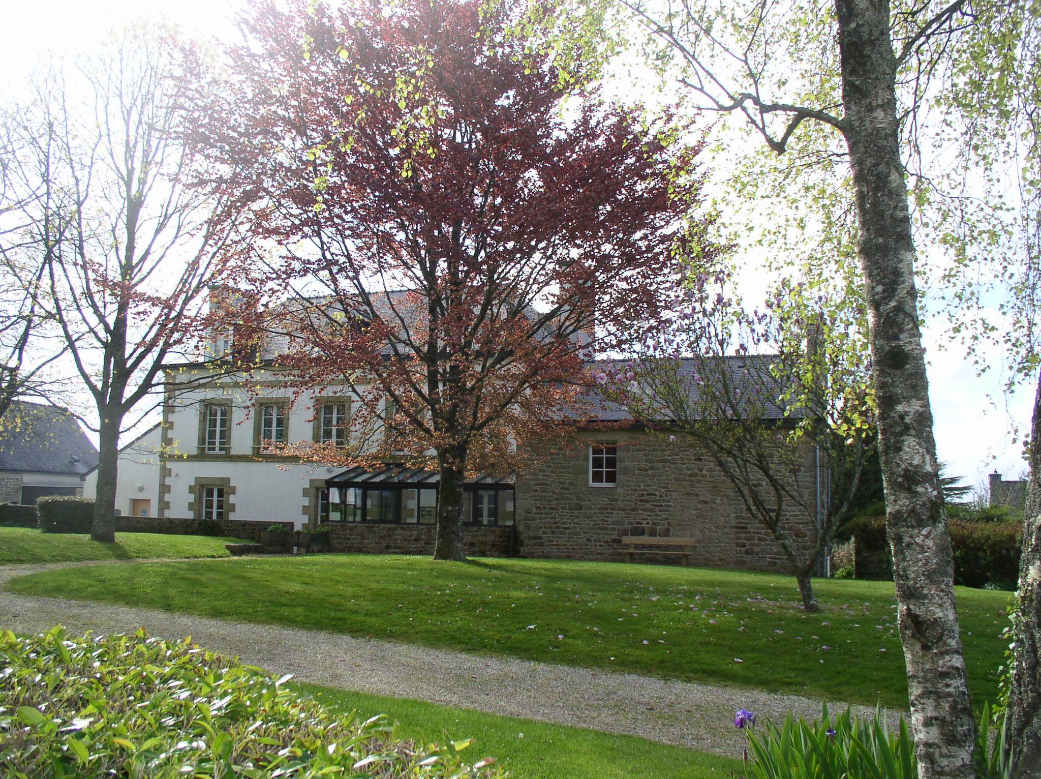 Le Gîte façade nord donnant sur l'église et son parc.