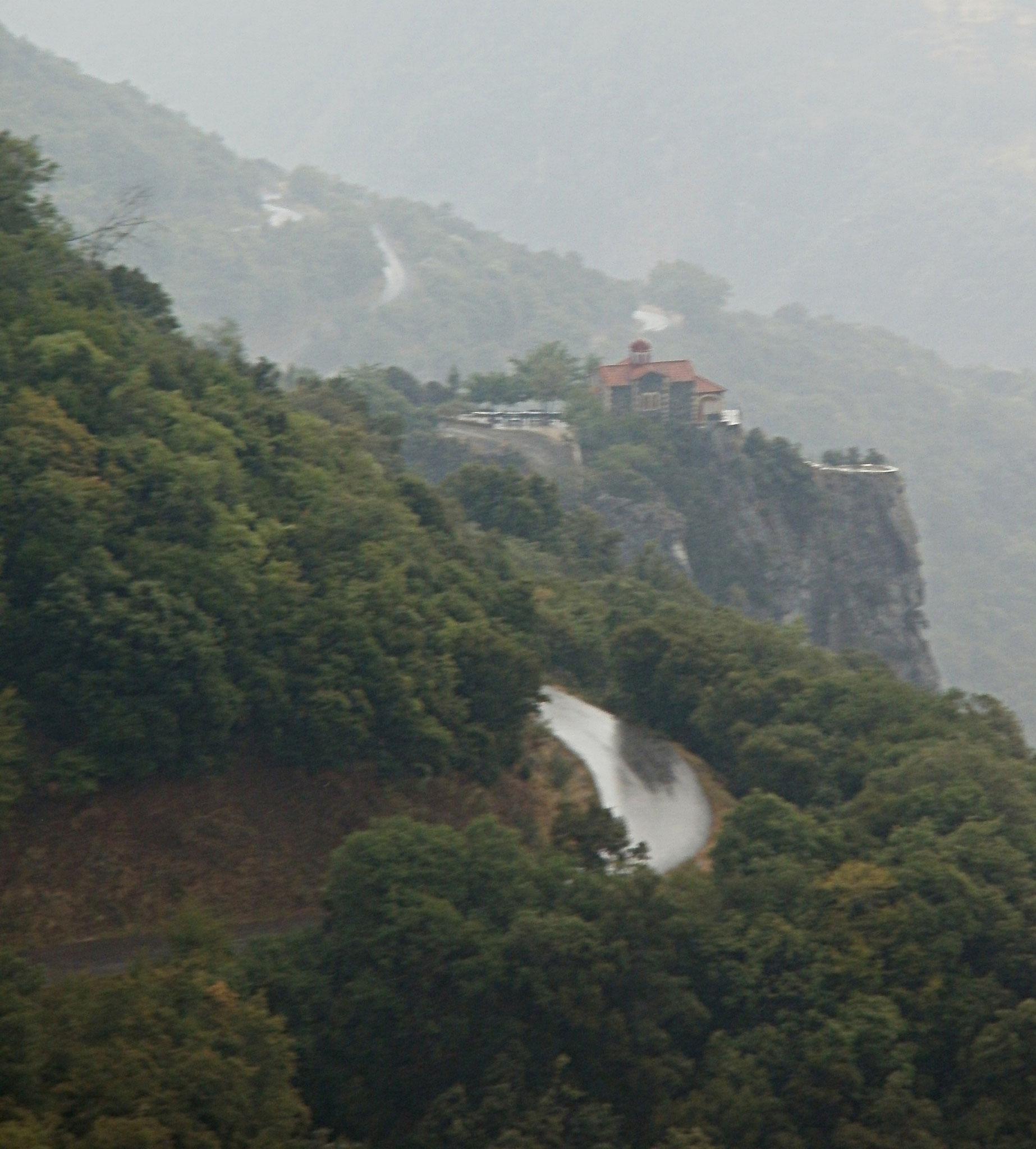 Un monastère se détache dans la brume du matin