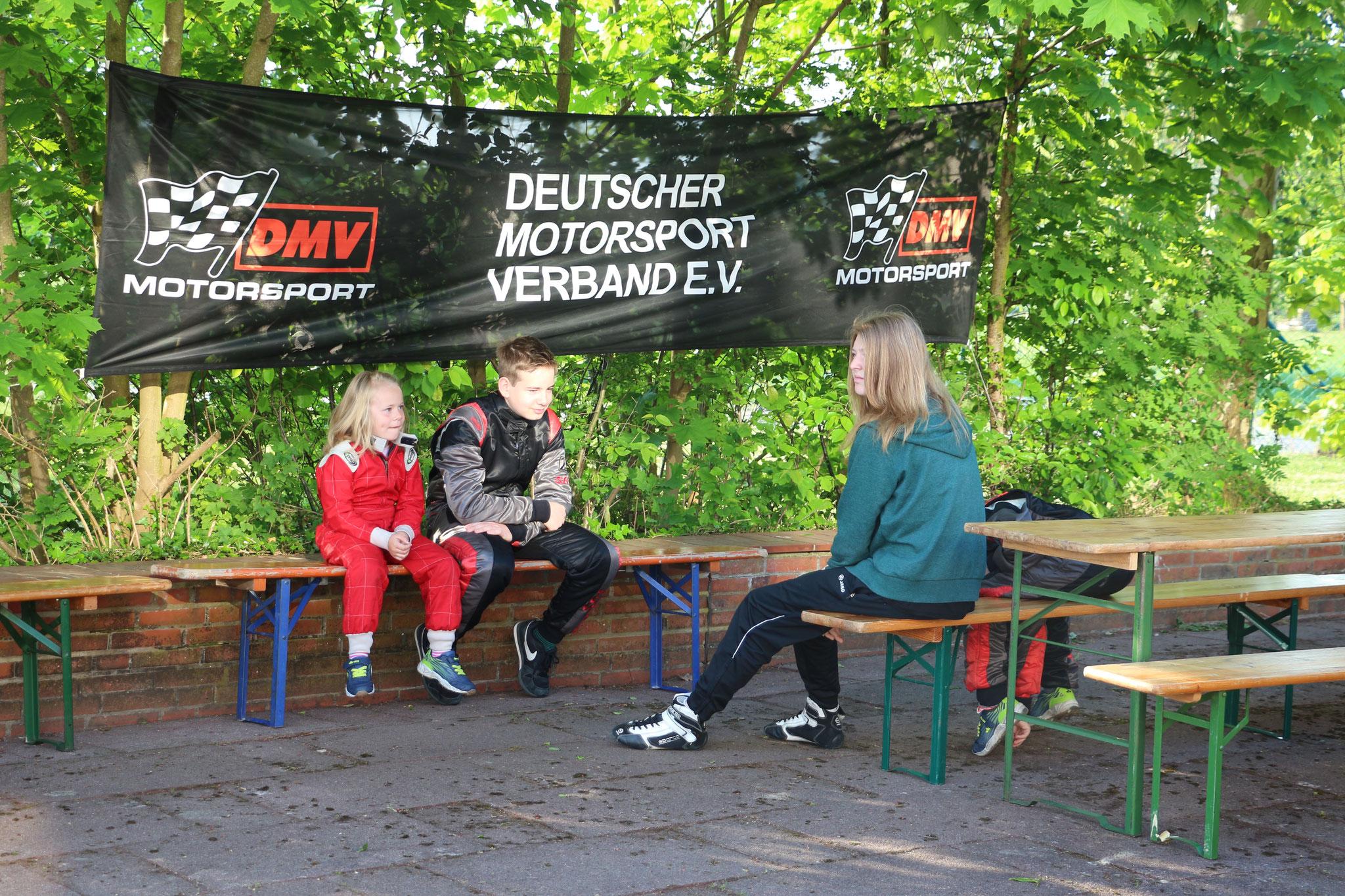 Lina von Holt, Dominik Teute und Janica Schlüer warten auf den Beginn vom Rennen