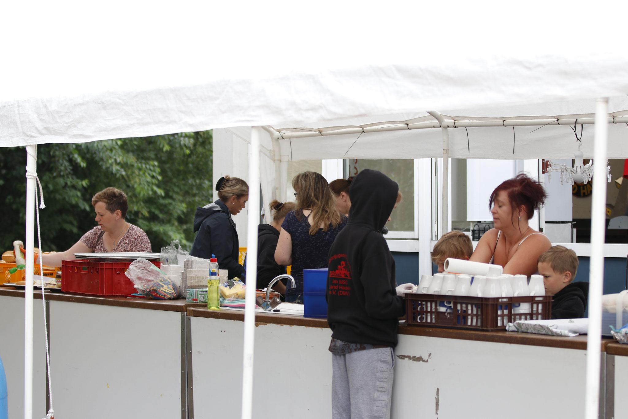 Vorbereitungen beim Essensverkauf
