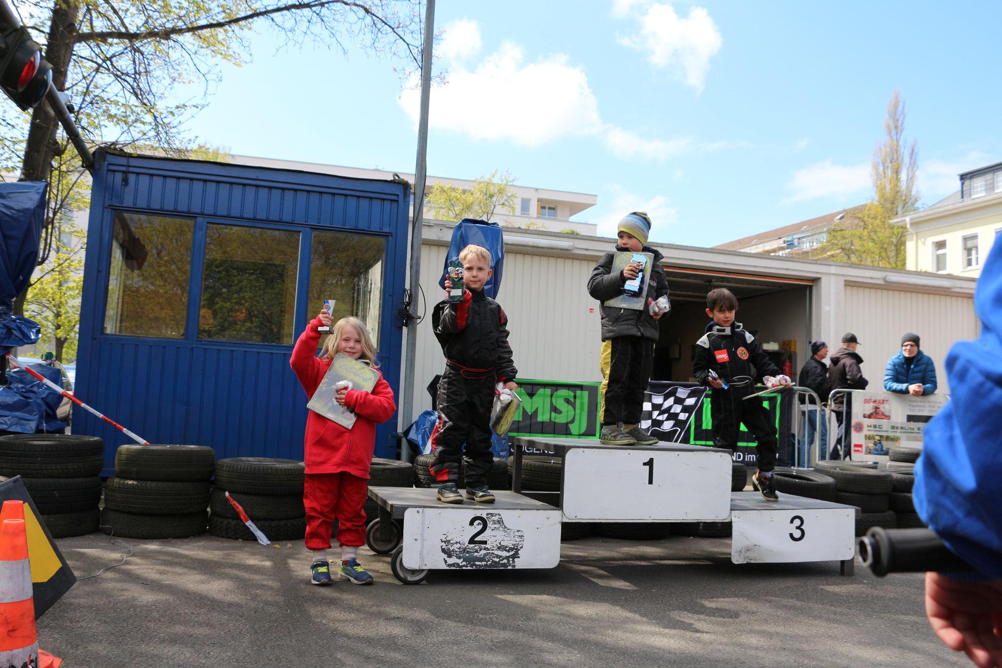 Siegerehrung Klasse 0 mit Jaron Gensow auf Platz 2 und Lina von Holt auf Platz 4