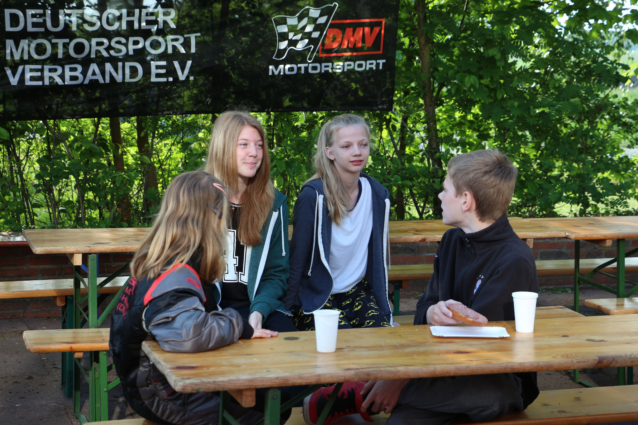 Lena Altmann, Janica Schlüer, Alicia Föge und Michel Boje (v. li.) am frühstücken