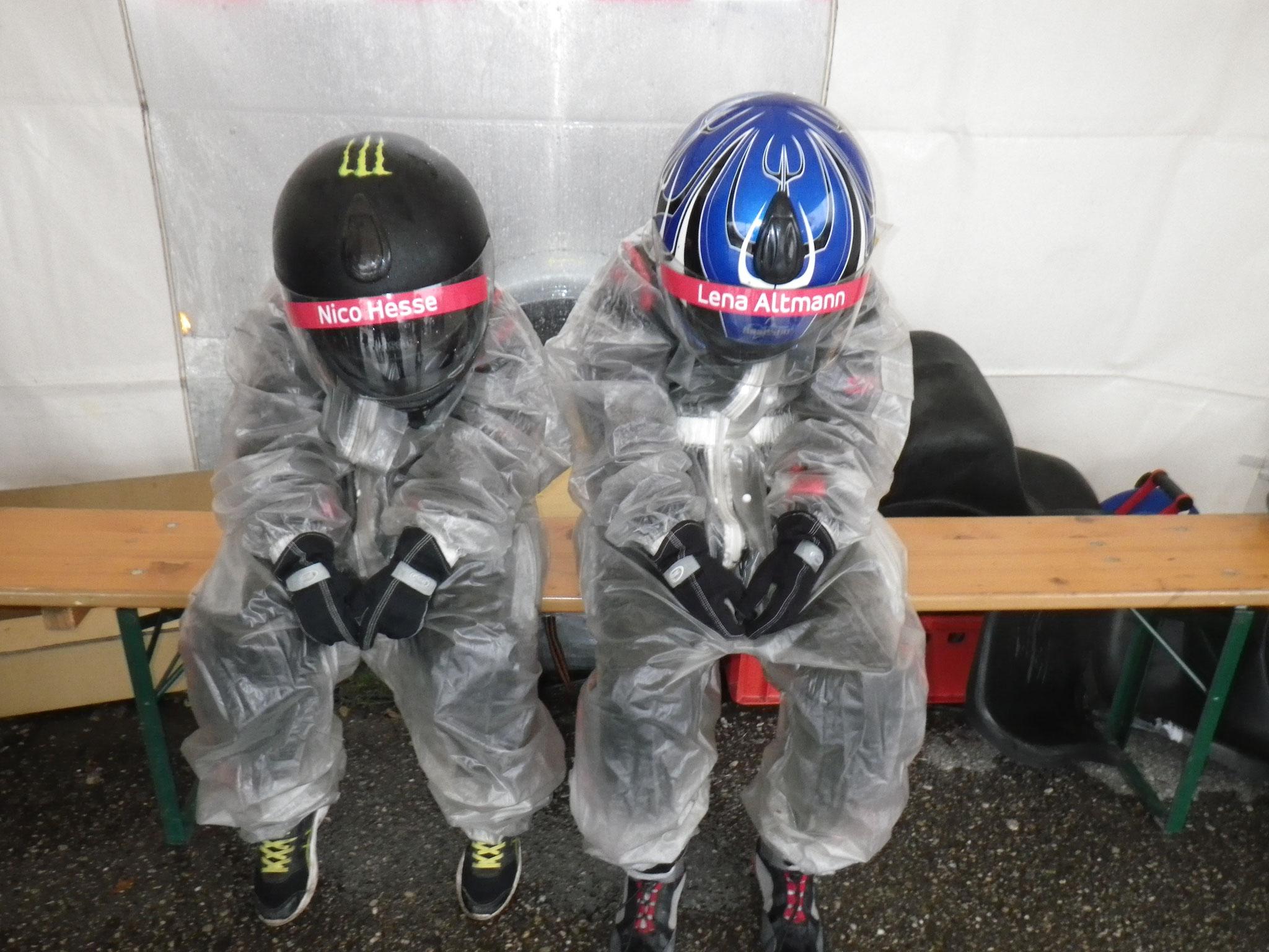 Nico Hesse und Lena Altmann in Regenanzügen bereit zum Start