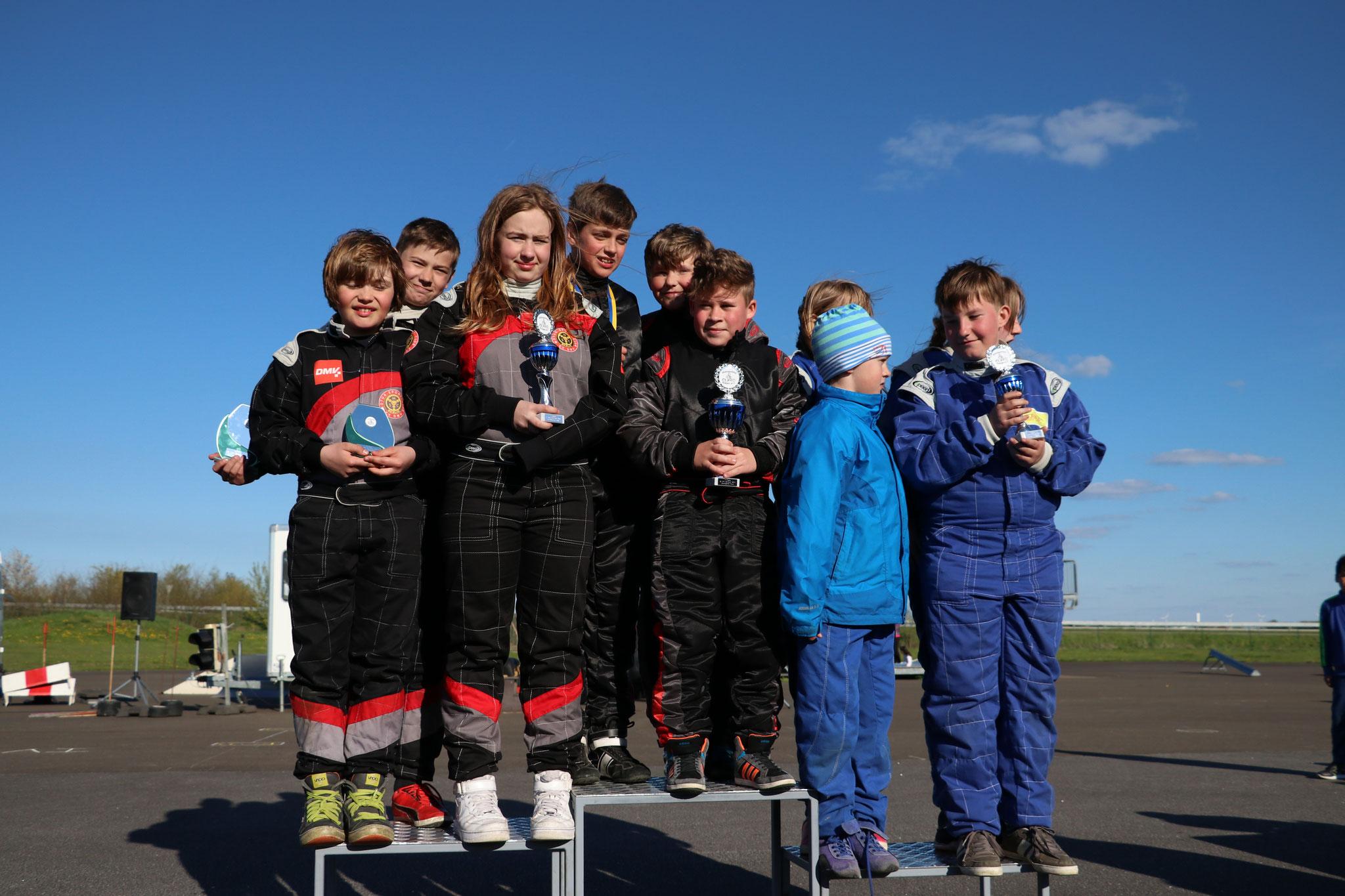 Die Young Star Mannschaft auf Platz 1 mit den Fahrern Norick Meyer, Luca-Finn Hadeler und Justin Gensow (& Lars von Holt)