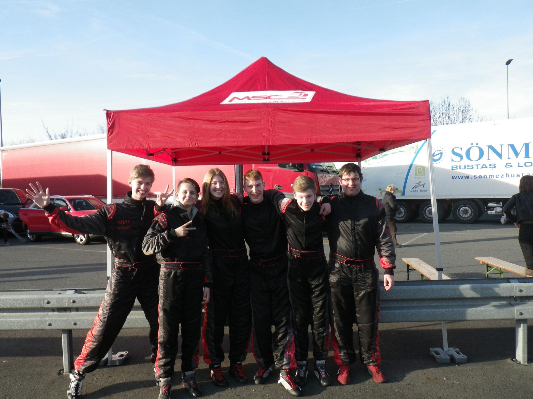 Das komplette Fahrerteam: (v.l.) Nico Föge, Joel Selenski, Janica Schlüer, Tjark Schlüer, Michel Boje und Alexander Doll
