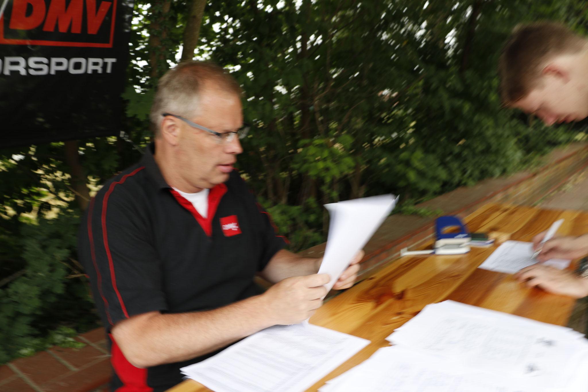 Bernd Hunger im Nennbüro