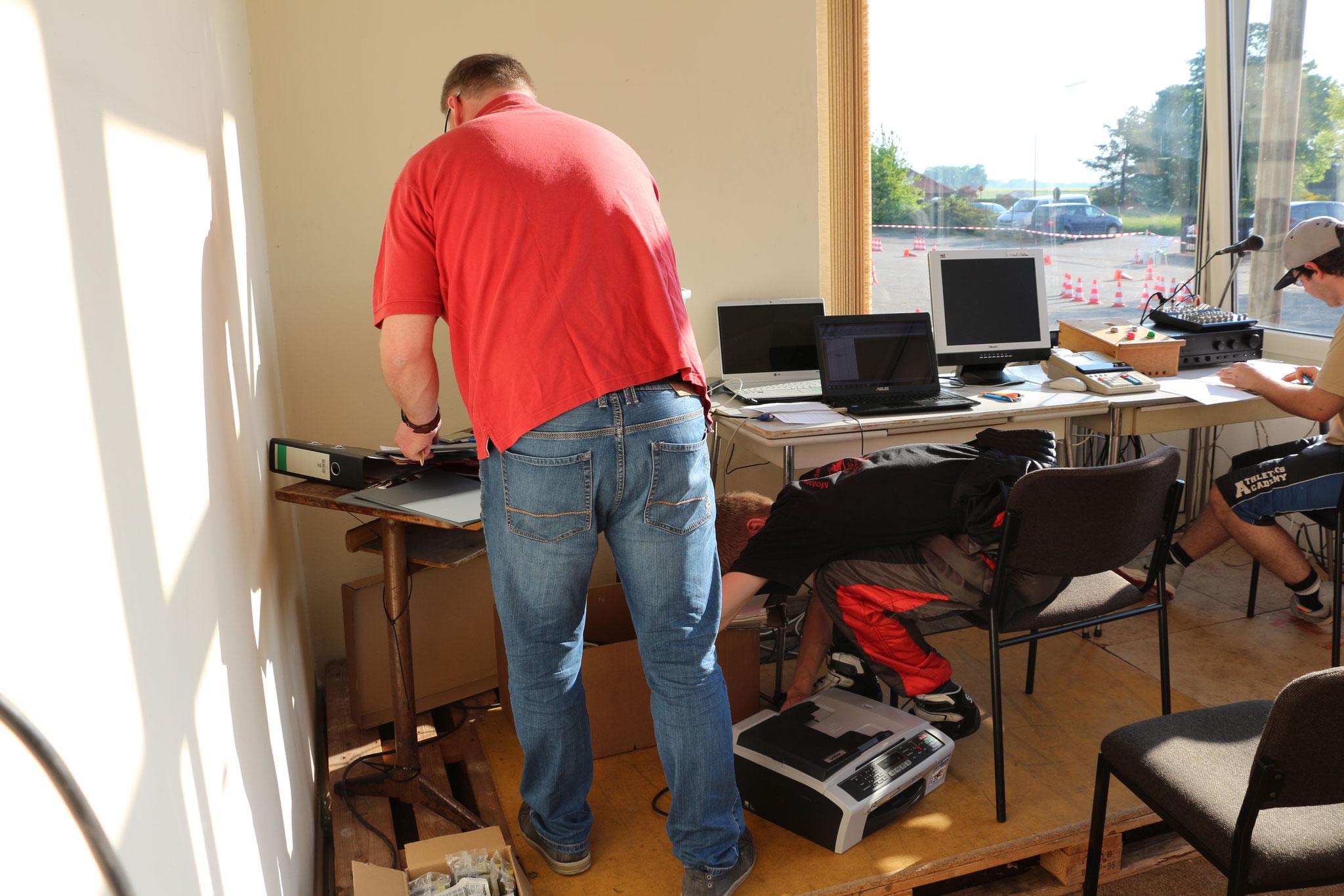 Letzte Vorbereitungen im Rennbüro