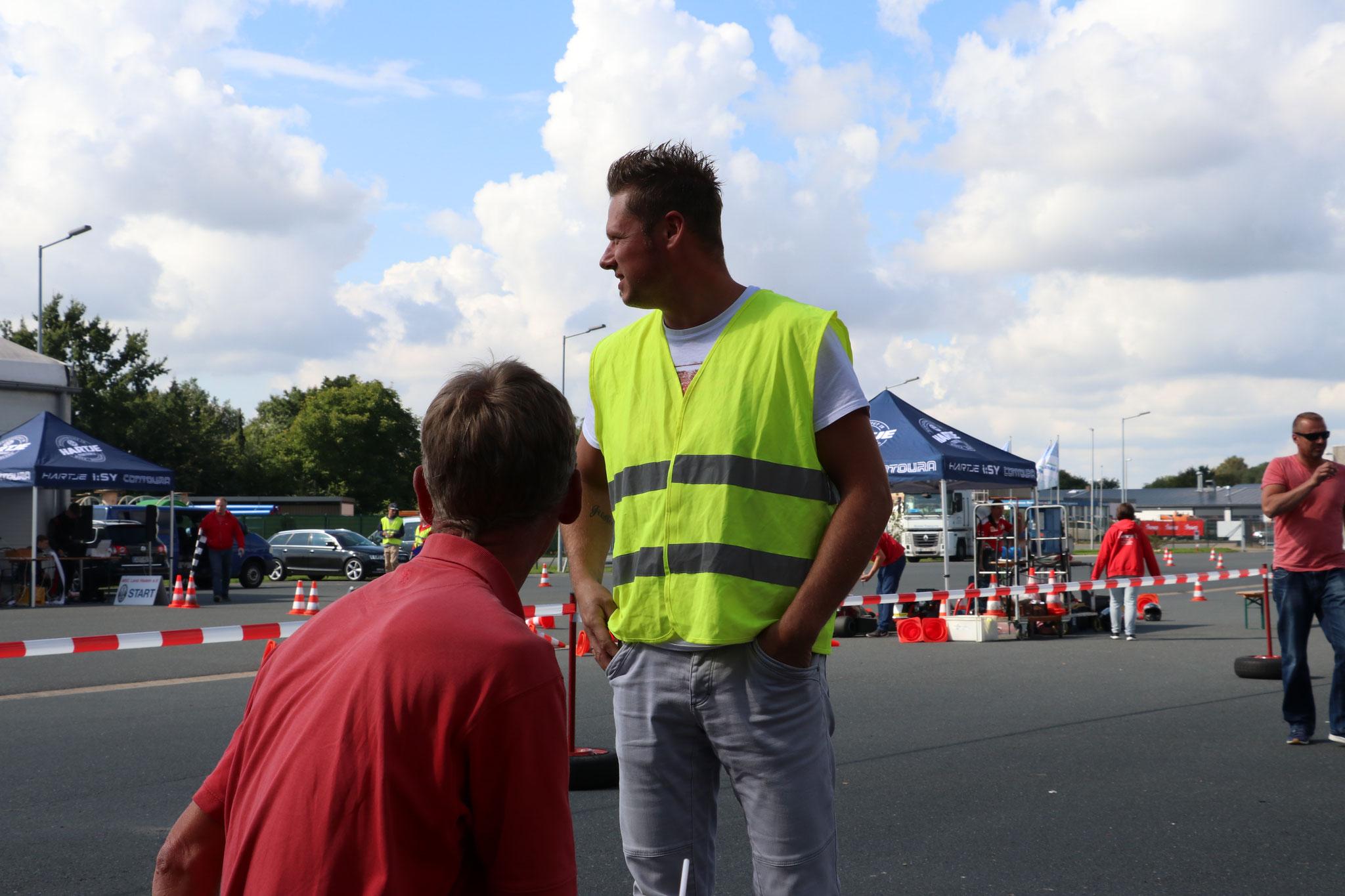 Rene Gensow (Streckenposten) und Trainer Oskar Föge