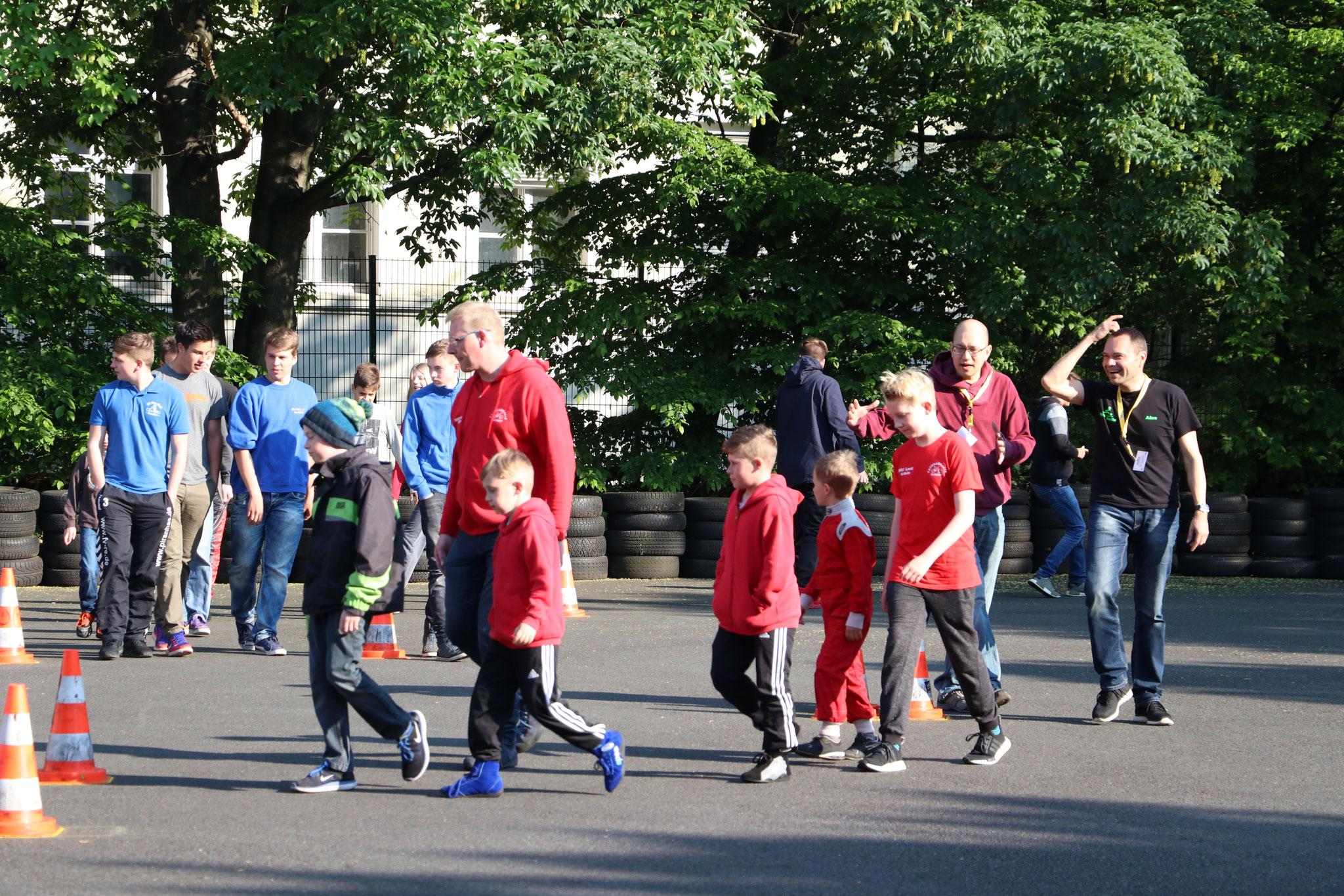 Trainer Sascha Schlüer läuft mit ein paar Kleinen die Strecke ab
