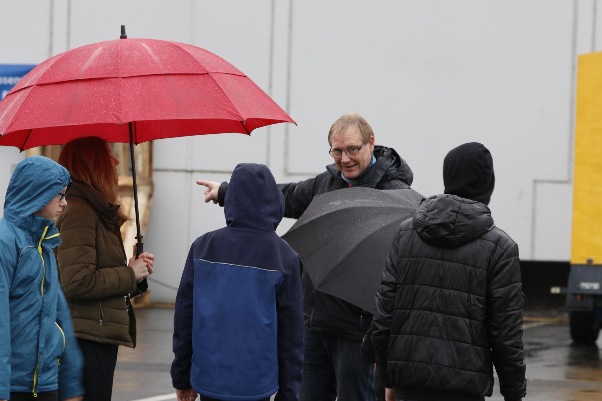 Auch bei Regen gibt es Einweisung und die Strecke muss abgelaufen werden