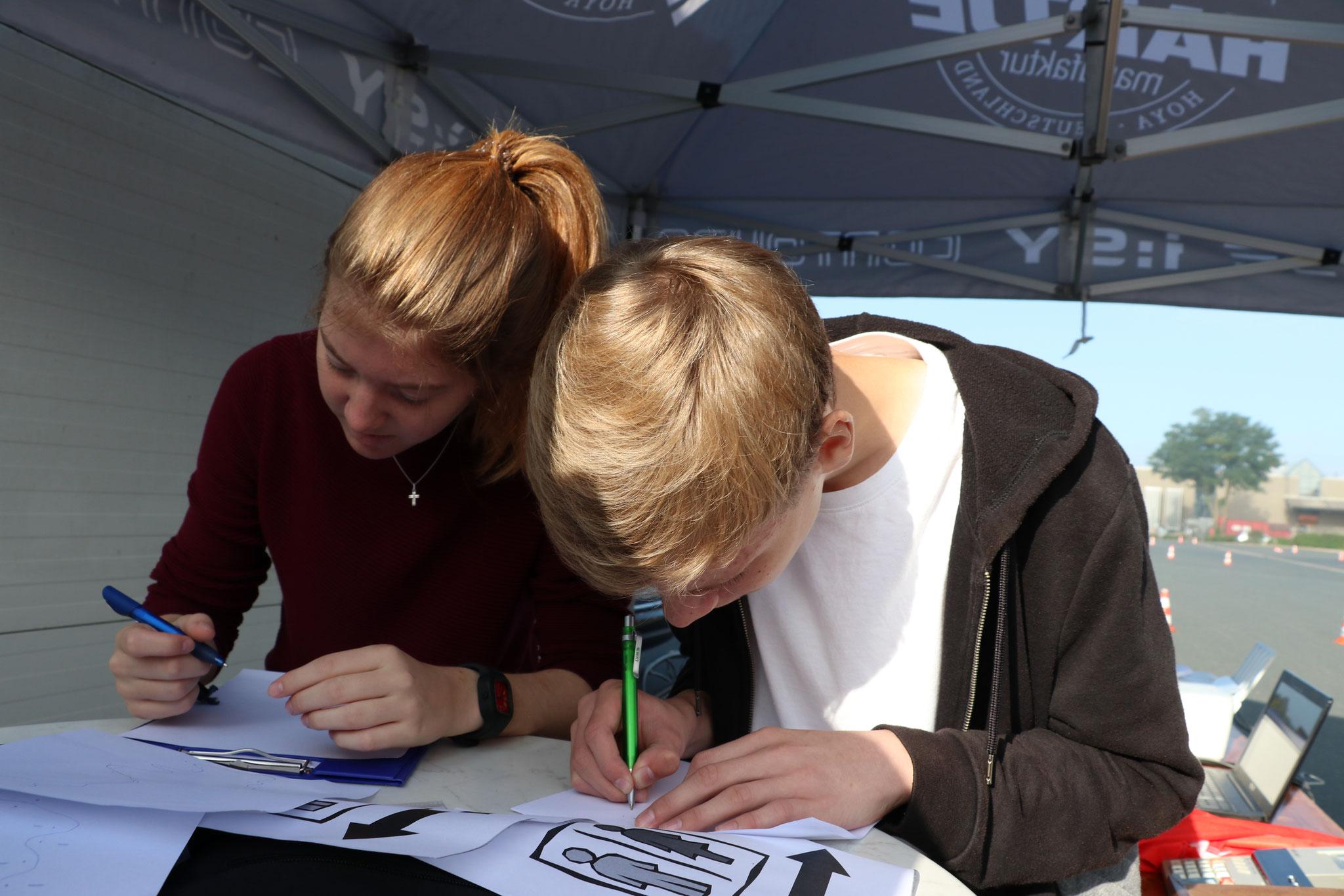 Janica Schlüer und Michel Boje zeichnen die Streckenpläne