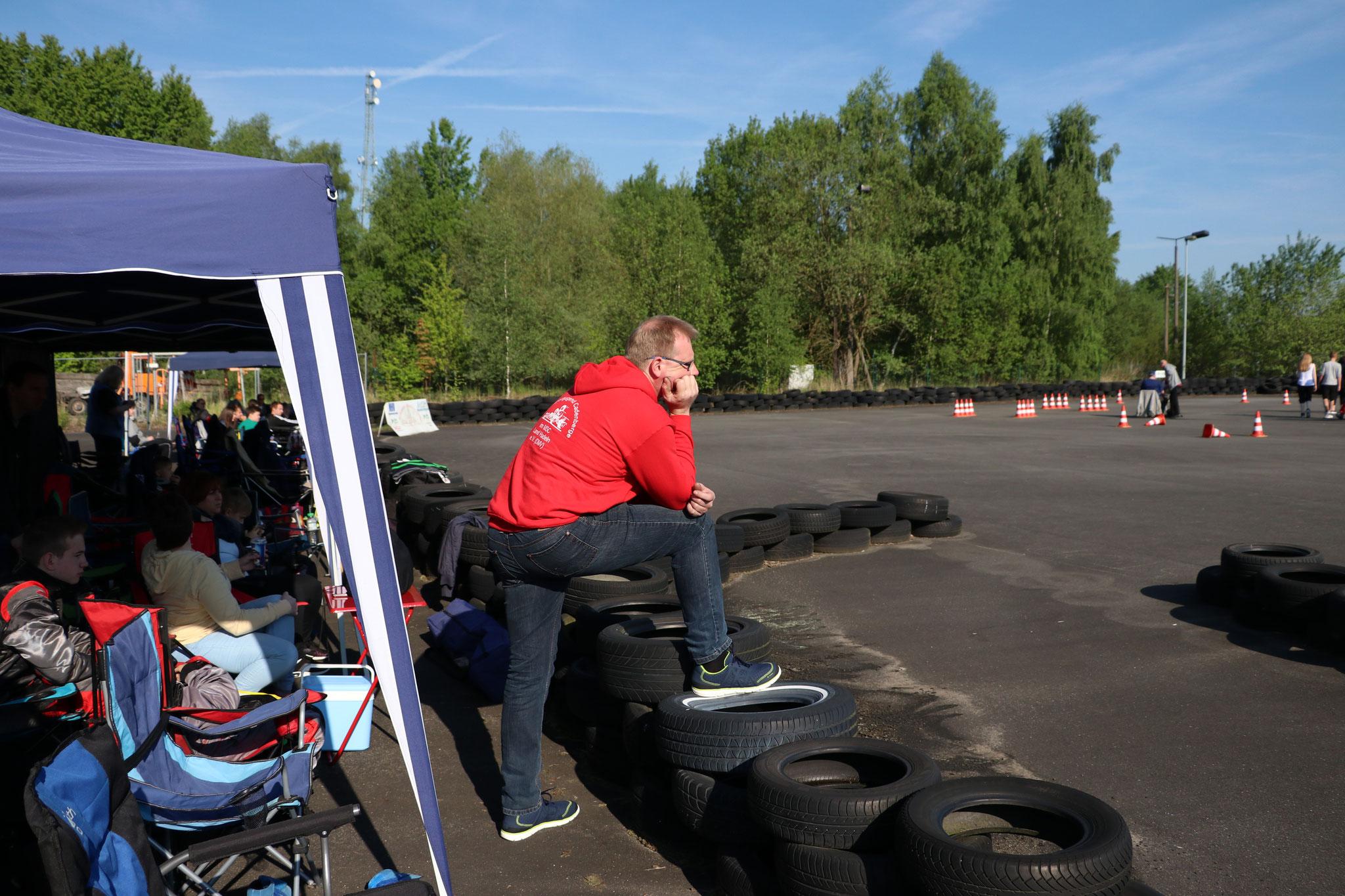 Sascha Schlüer guckt sich die Strecke an (oder ob seine Fahrer diese vernünftig ablaufen...)