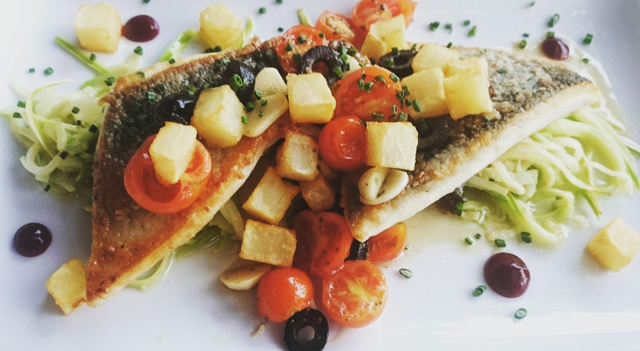 Leckeres Abendessen 🍴 Fischfilet auf Zucchinispaghetti mit Tomaten, Knoblauch, Oliven, Kartoffelwürfel und Kräutern.