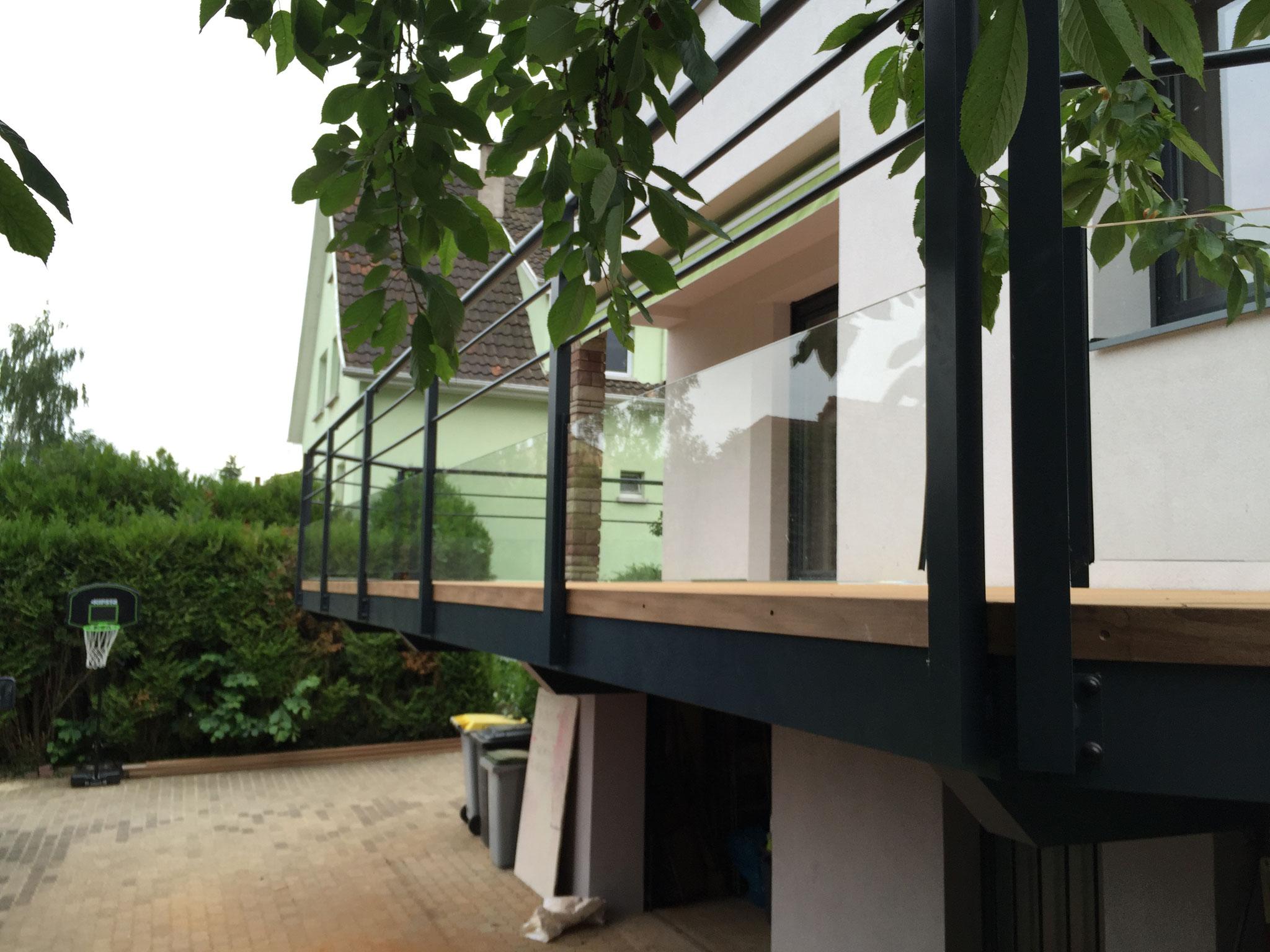 Lames de rive en Afzelia pour cacher le board d'un balcon métallique Strasbourg 67 Activ Renovation