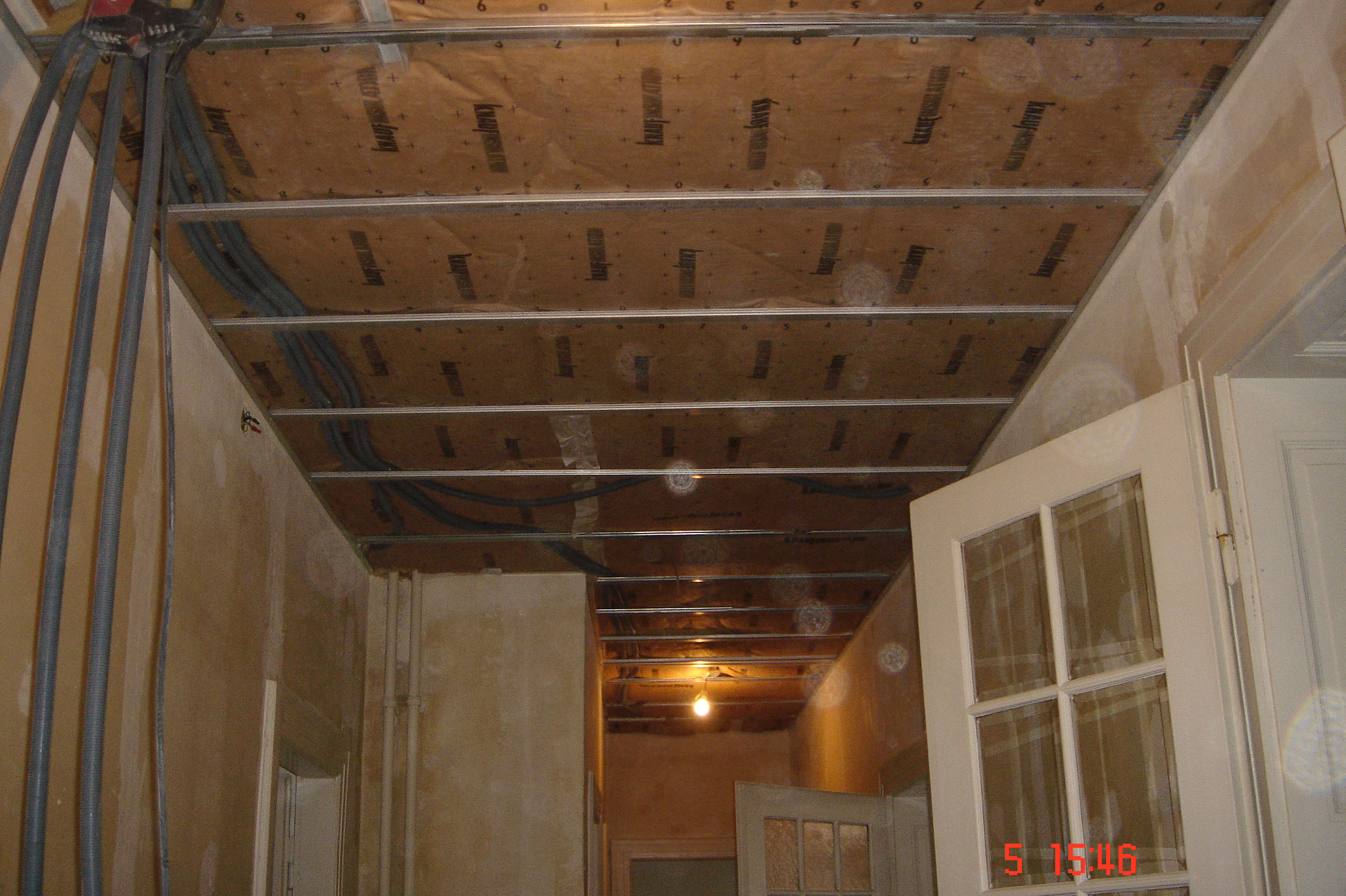 Pose un faux plafond sur ossature métallique avec laine de verre Robertsau 67 Activ Renovation