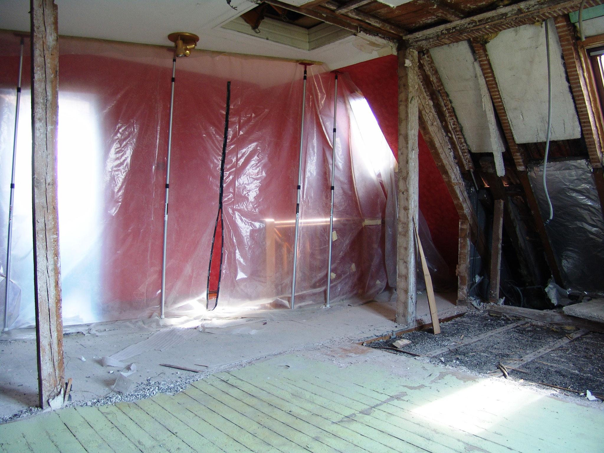 Protéger la chambre avec bâche anti-poussière et visser panneaux en bois sur solive Illkirch-Graffenstaden 67