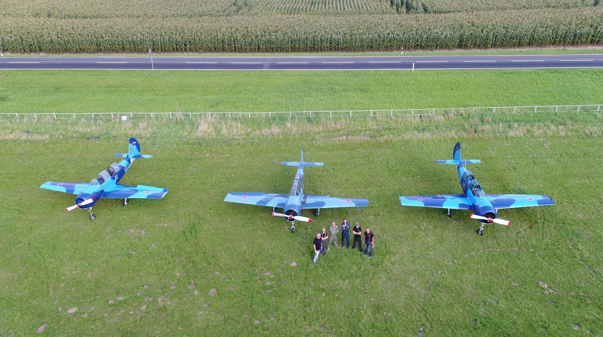 drei blaue yak 52 in fast identischer Lackierung