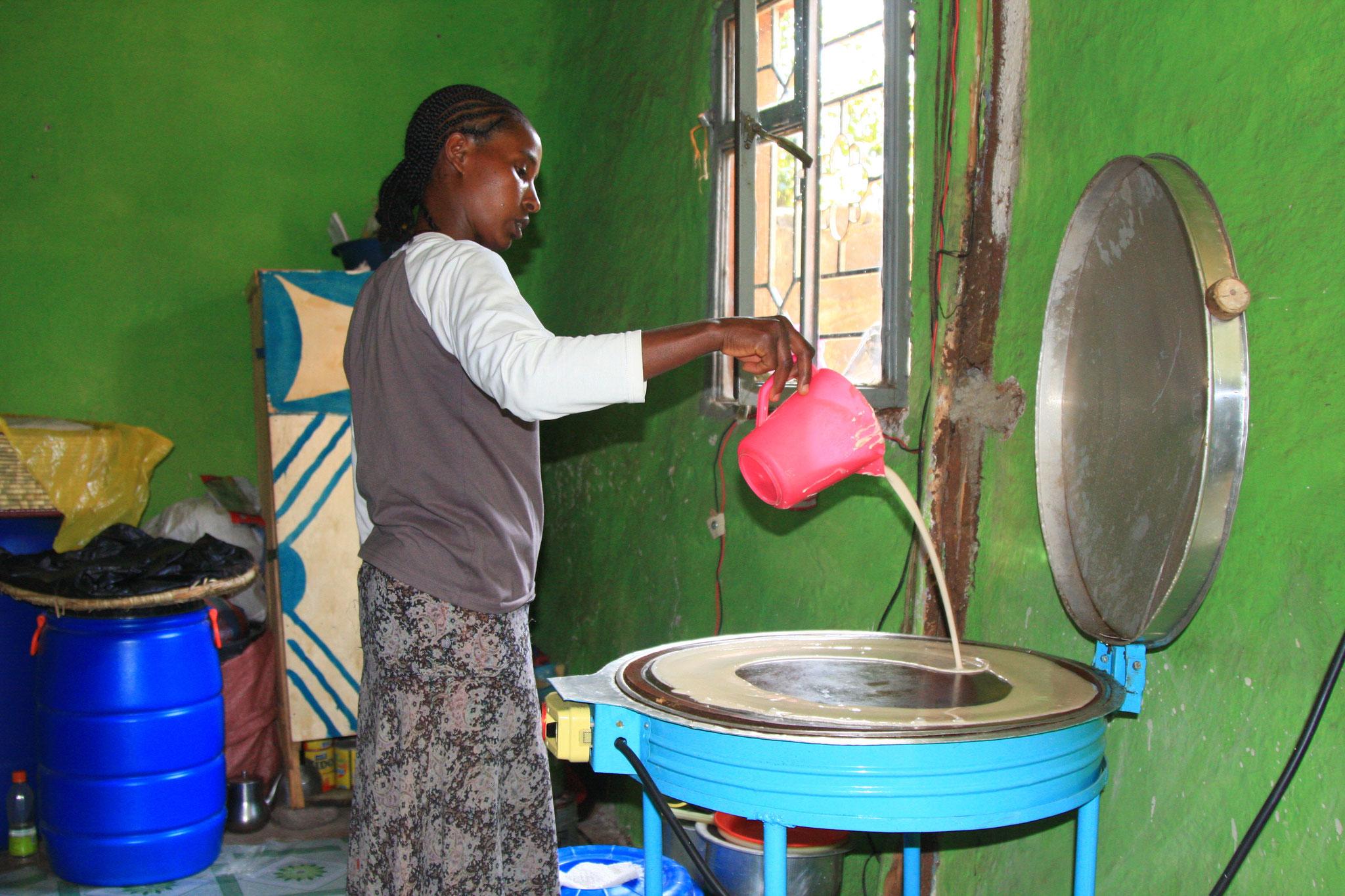 Auf dem Ofen von ilanga werden Injeras zubereitet.