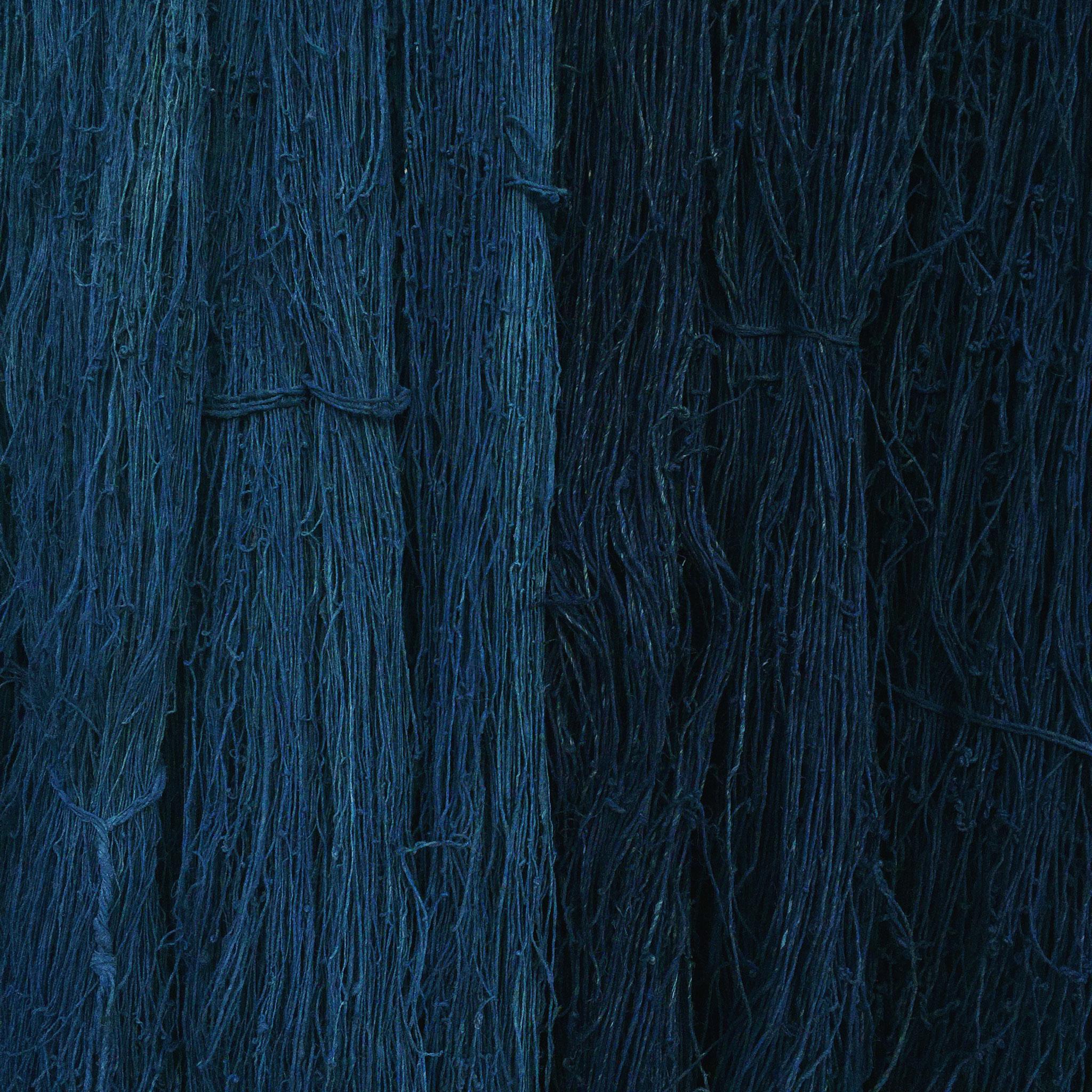 天然発酵建てした琉球藍で染めたいらくさの糸。    糸染めもすべて西川が一人で、主に天然の染料を使って行います。