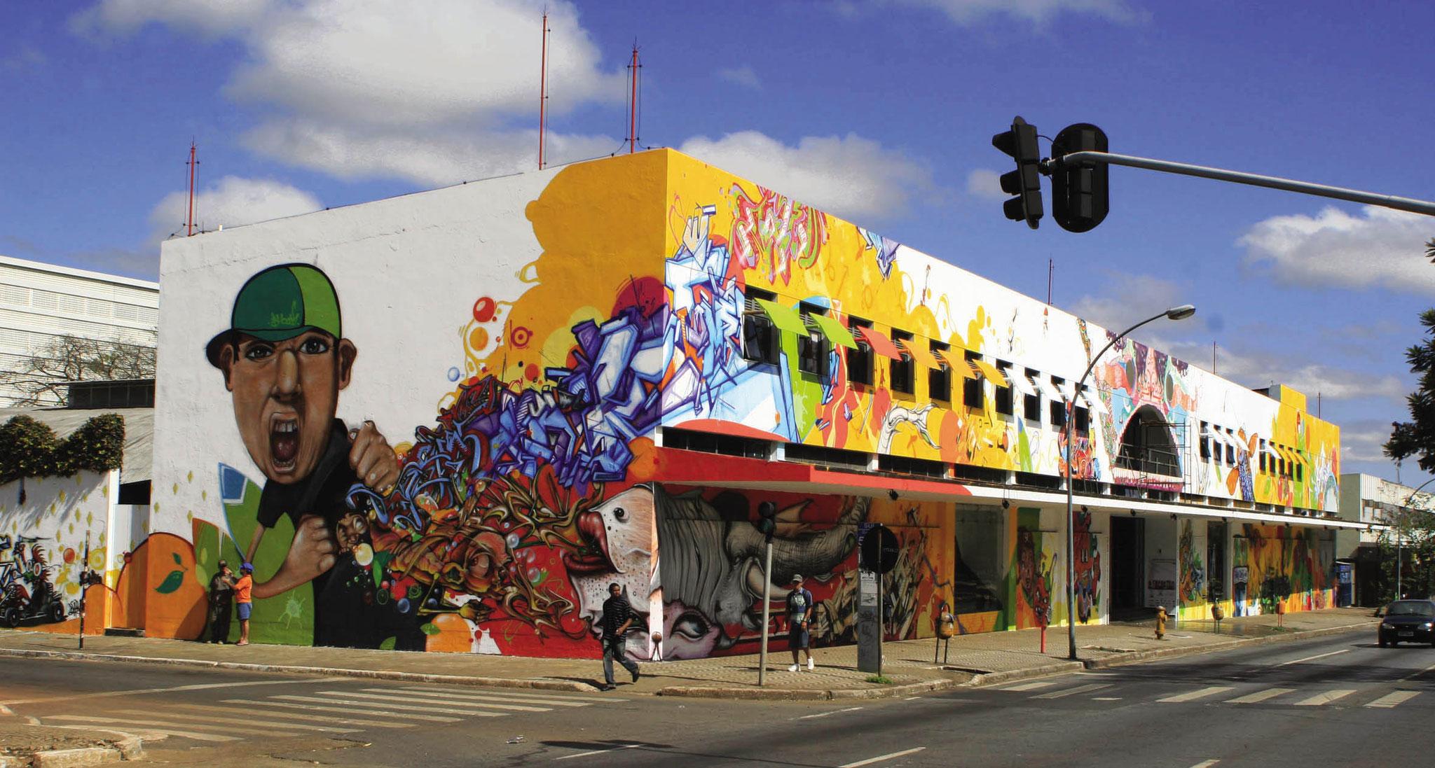 Fresque collective sur le centre culturel de Brasilia