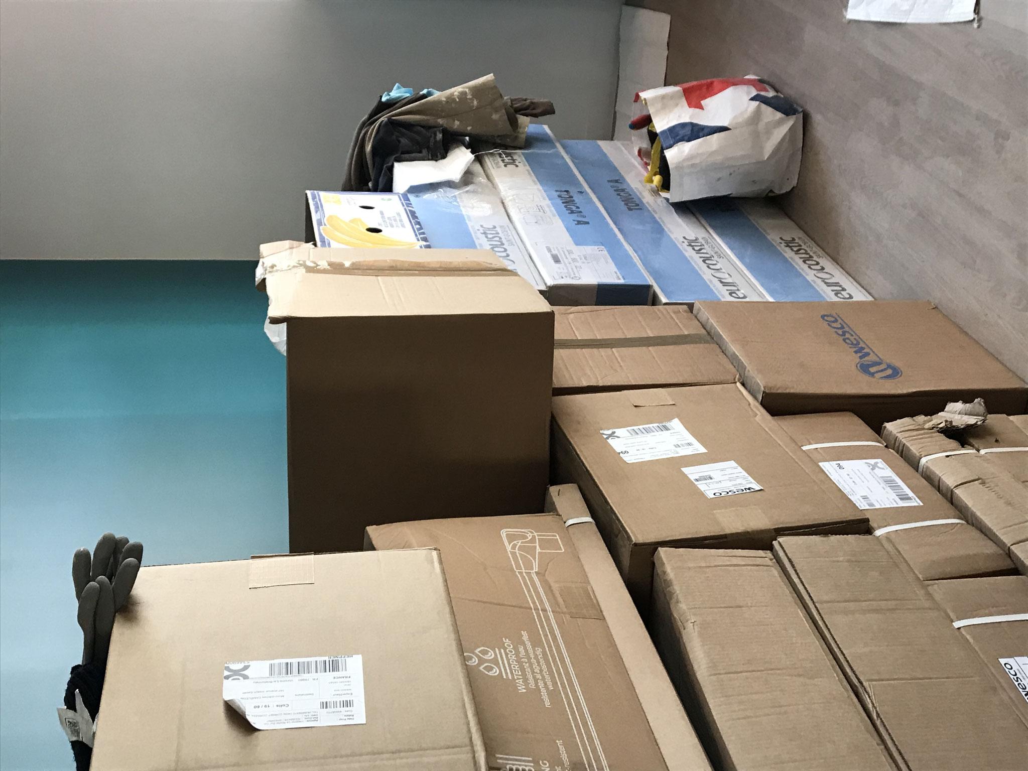 Le 12 février : des piles et des piles de cartons