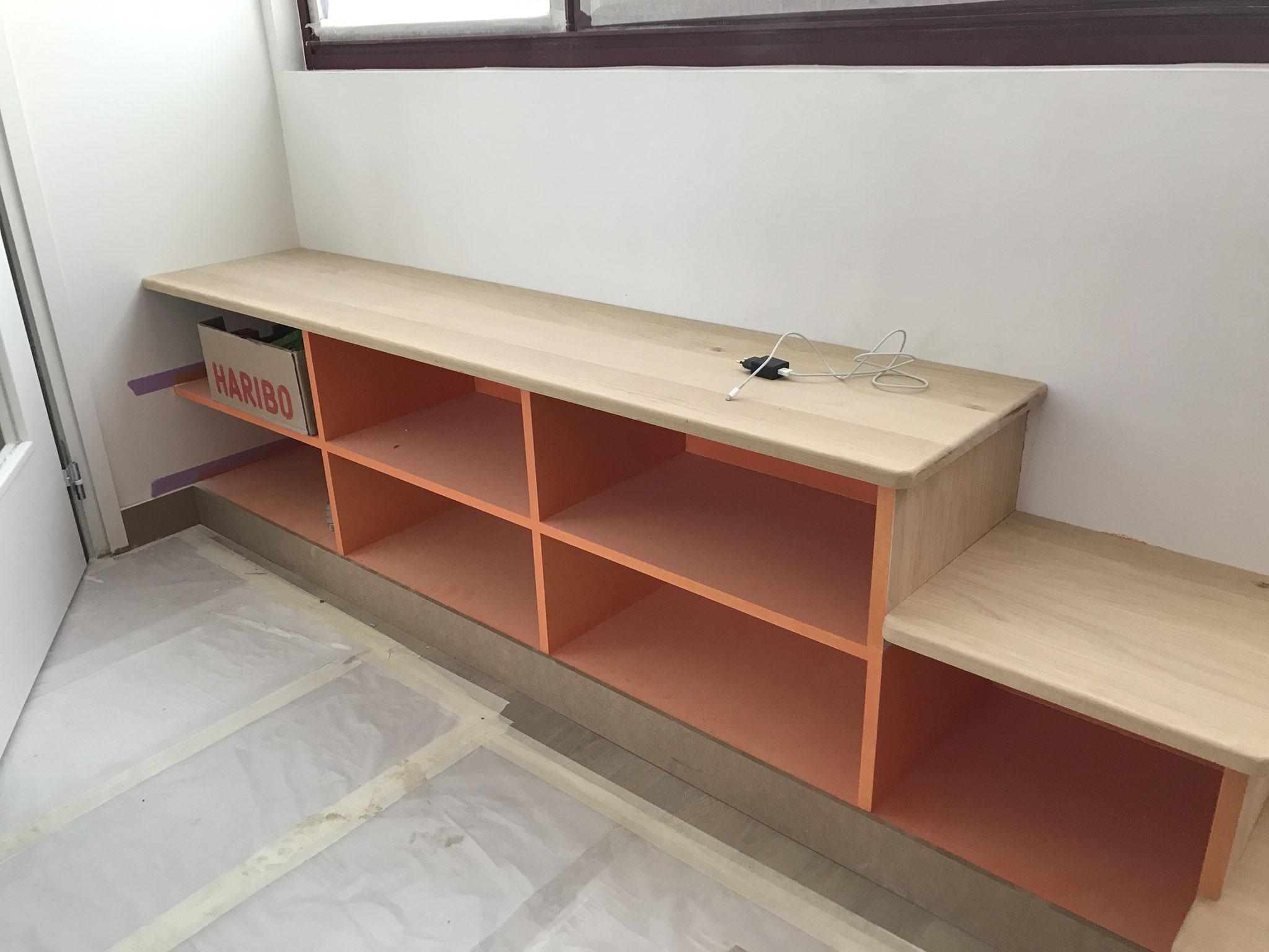 Le 14 février : le menuisier peaufine les arrondis des meubles