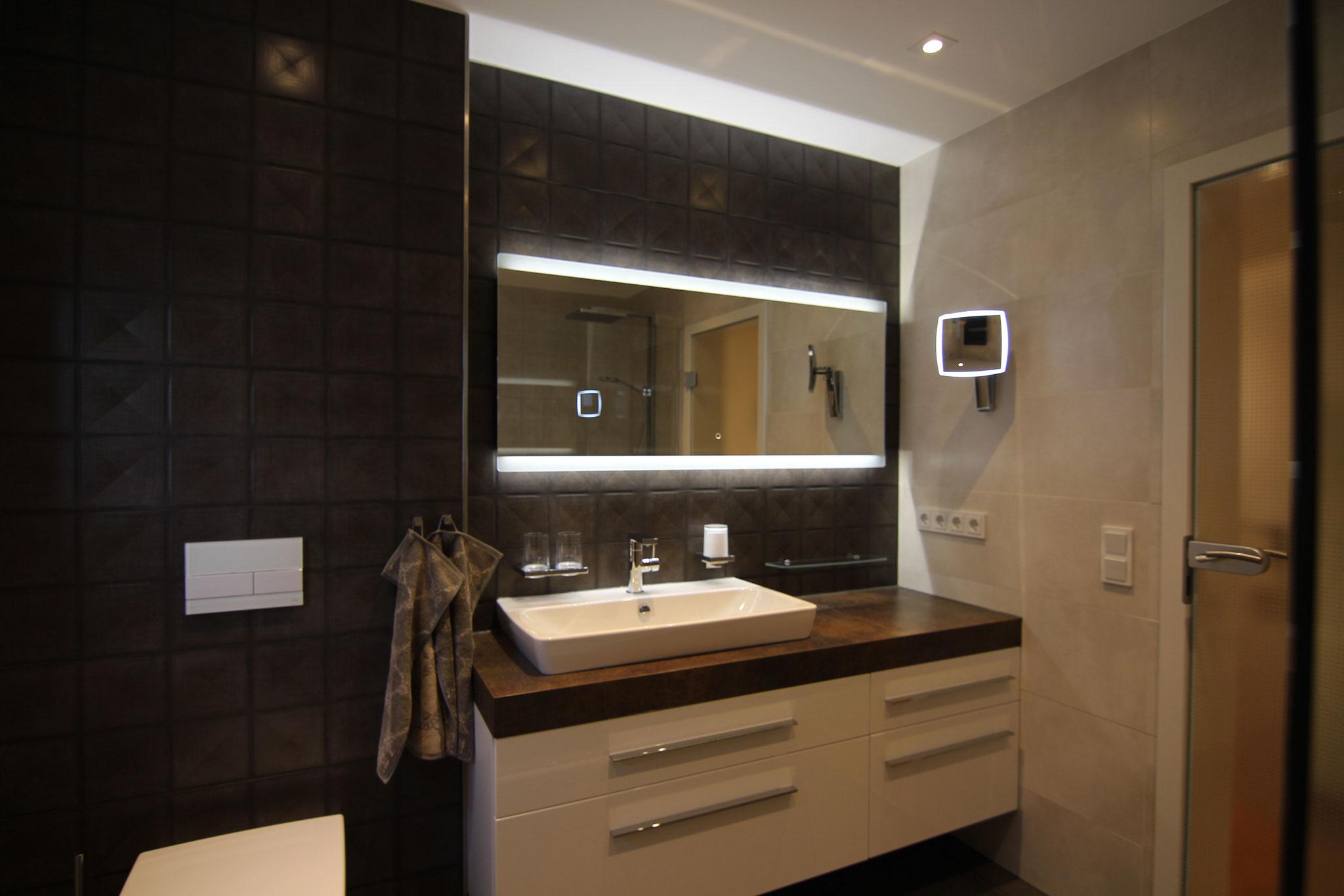 Großzügige Waschtischanlage mit vielen Funktionen