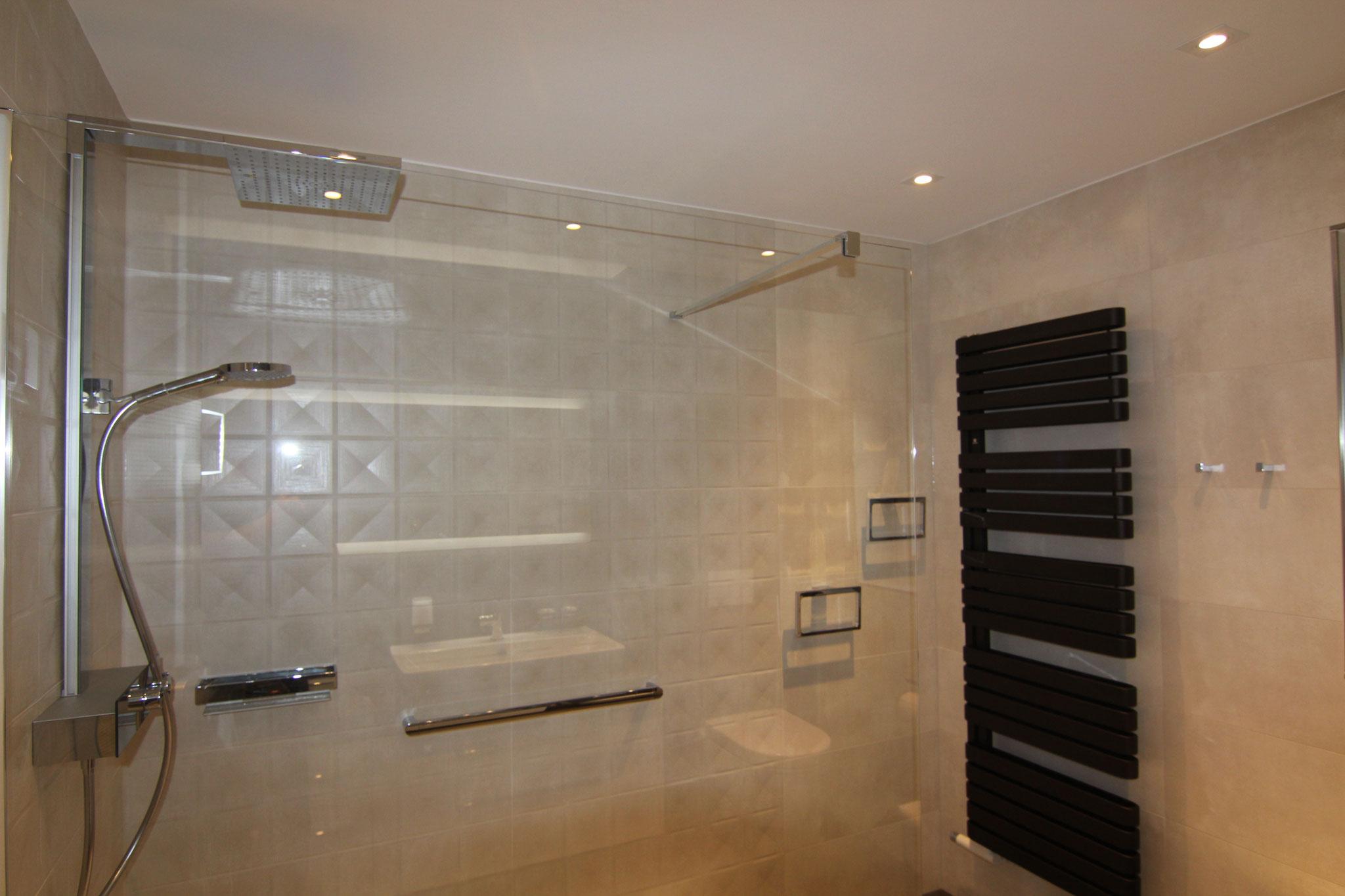 Ohne Badewanne zugunsten einer sehr grossen und seniorengerechten Dusche