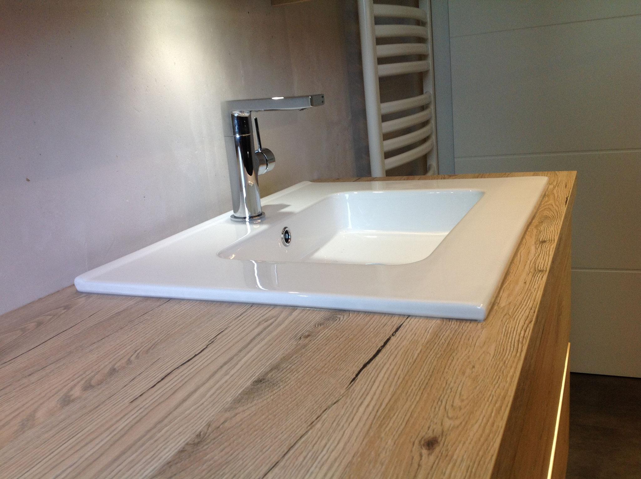 Schöne Waschtischanlage in Holzdekor