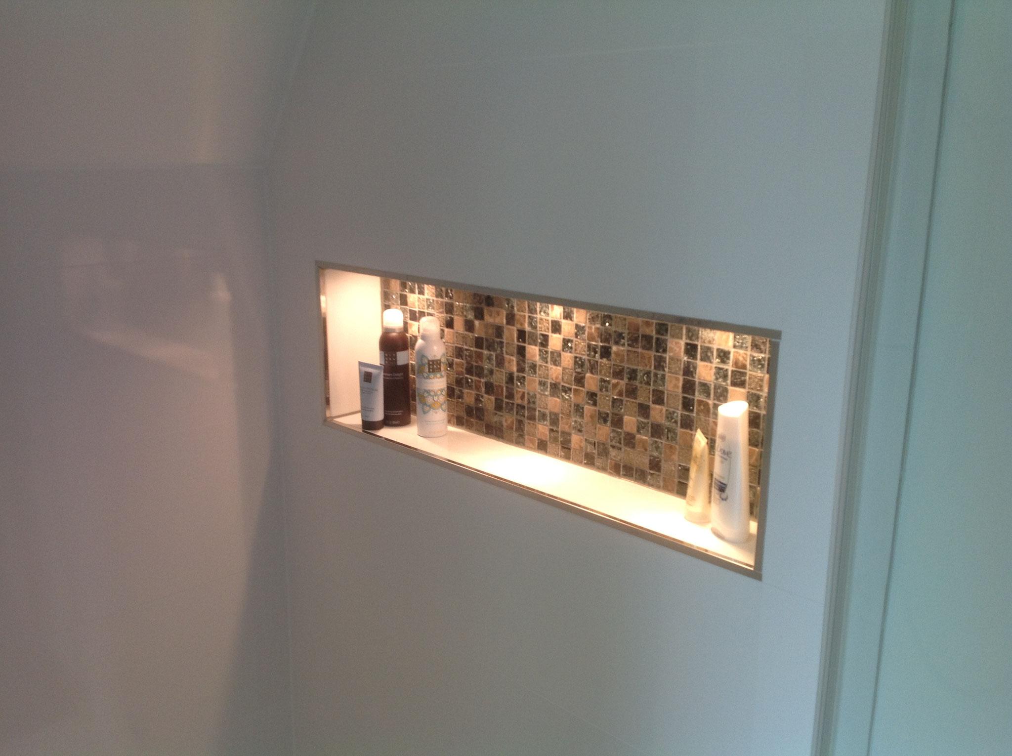 Auch in der Dusche eine kleine Wandnische