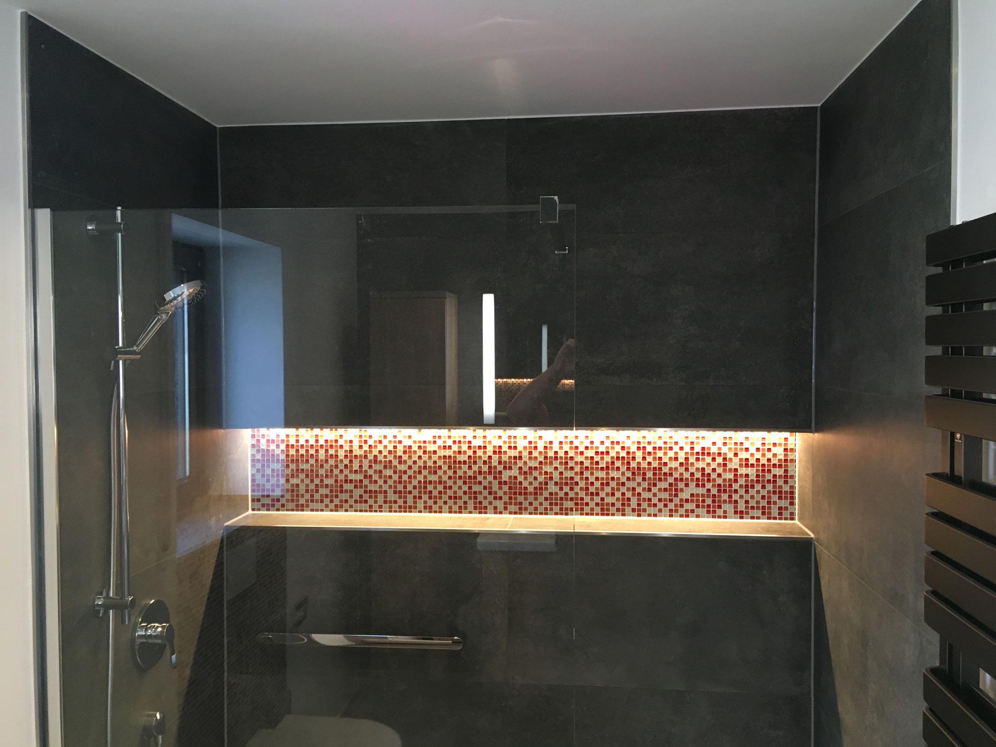 Beleuchtete Wandnische mit Glasmosaik
