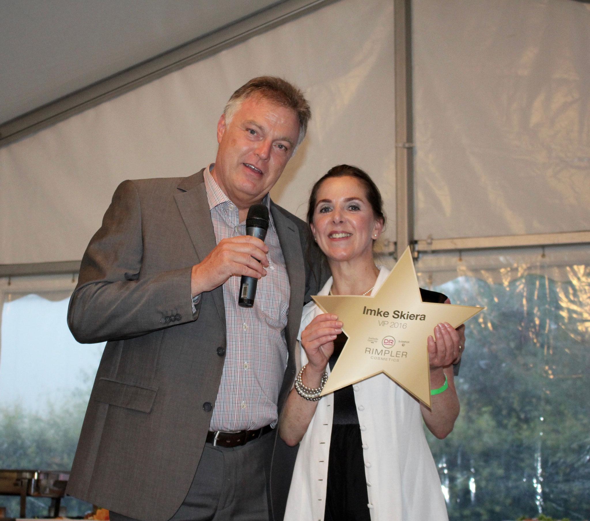 Frau Skiera erhält die persönliche Auszeichnung von Dr. Christian Rimpler für Ihre Leistungen der letzten Jahre.