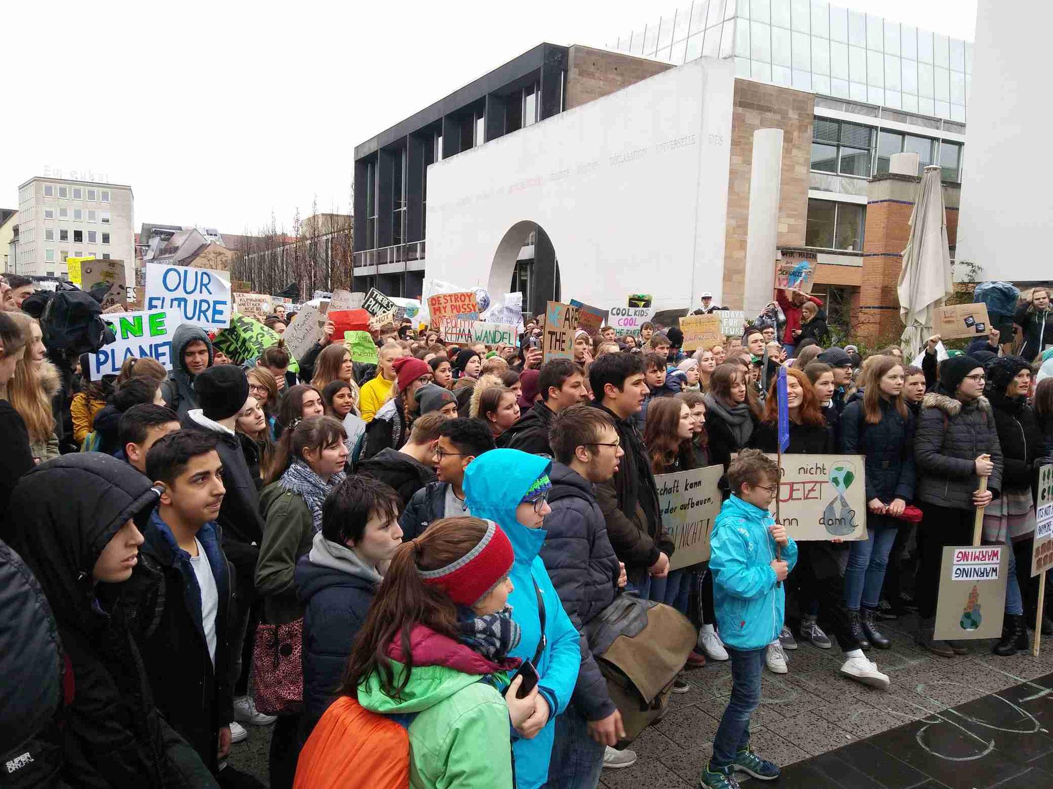 """Redebeiträge vor der """"Strasse der Menschenrechte"""" ... Klimaschutz muss Menschenrecht sein!!"""
