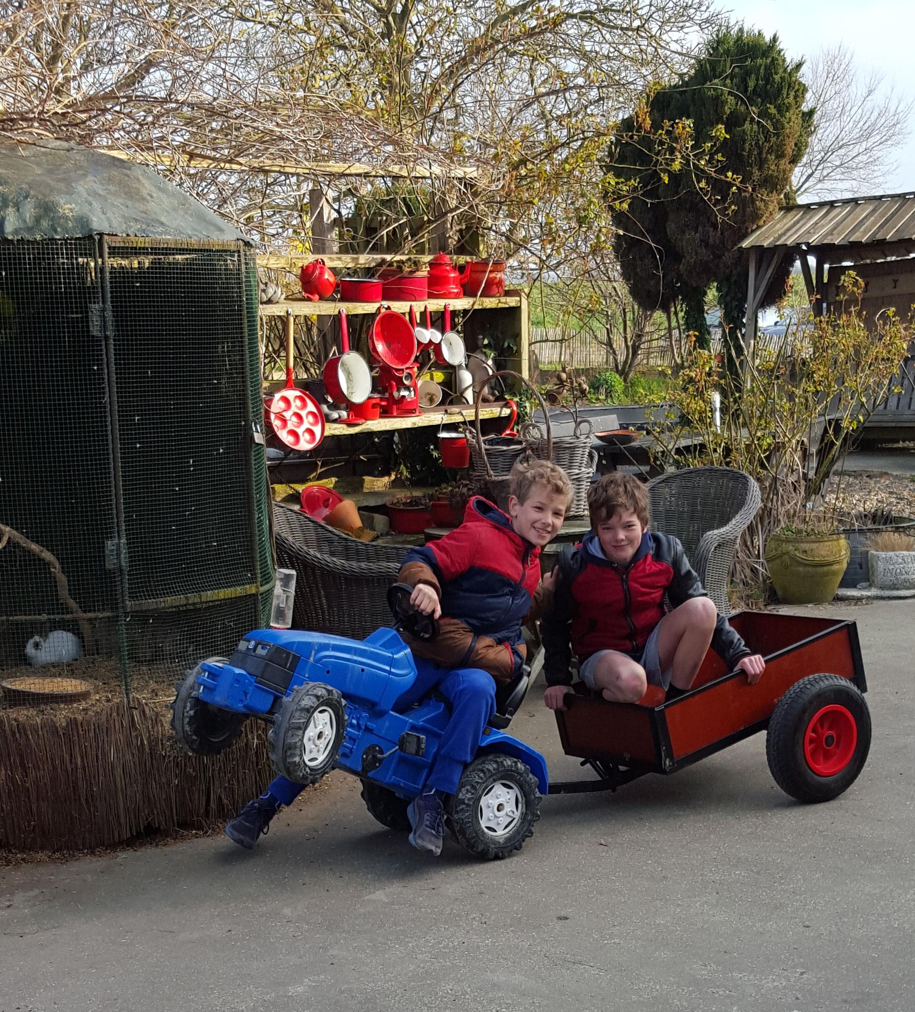 Kinderen spelen graag met de tractors