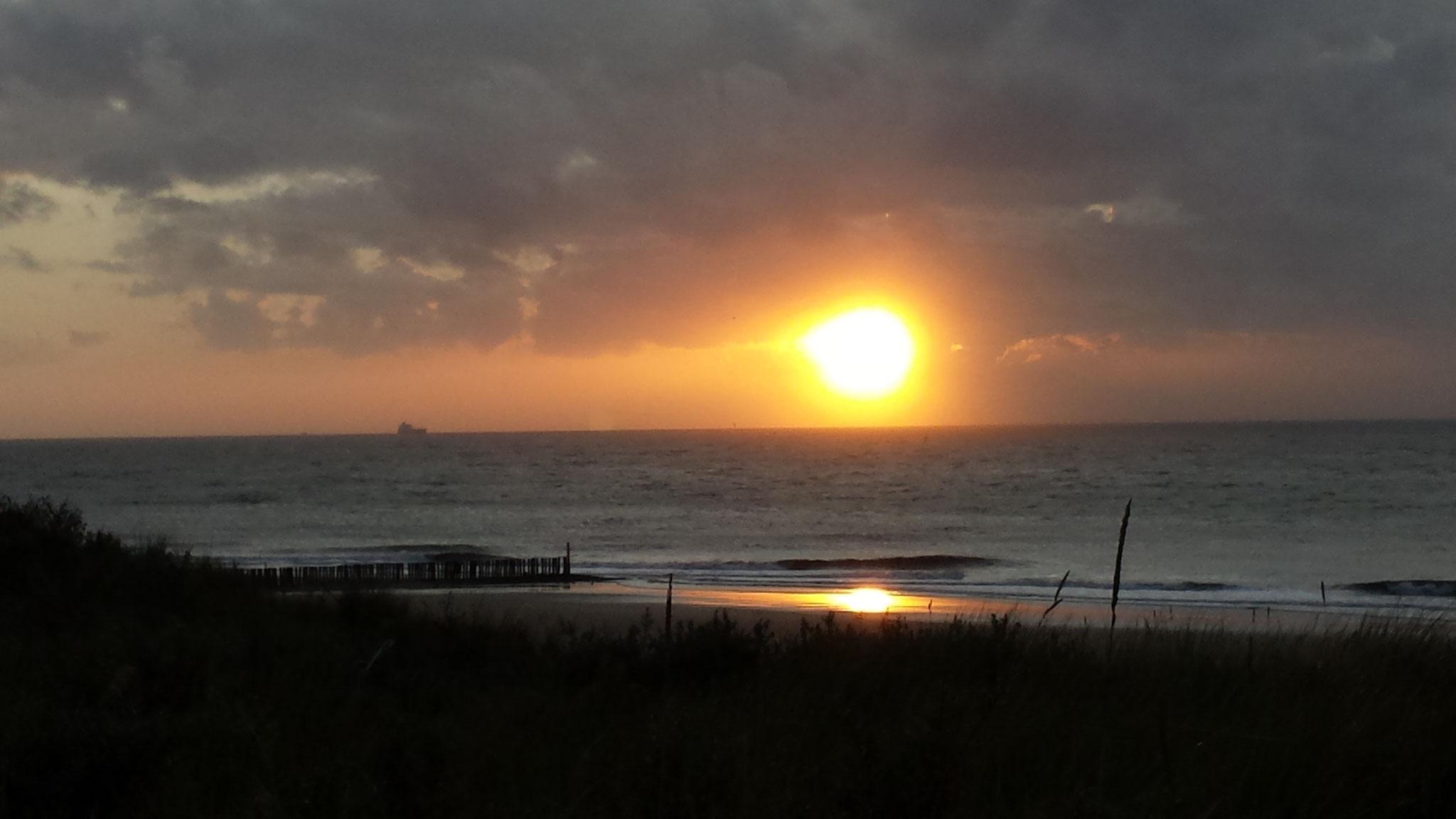 Genieten van de zonsondergang aan de horizon