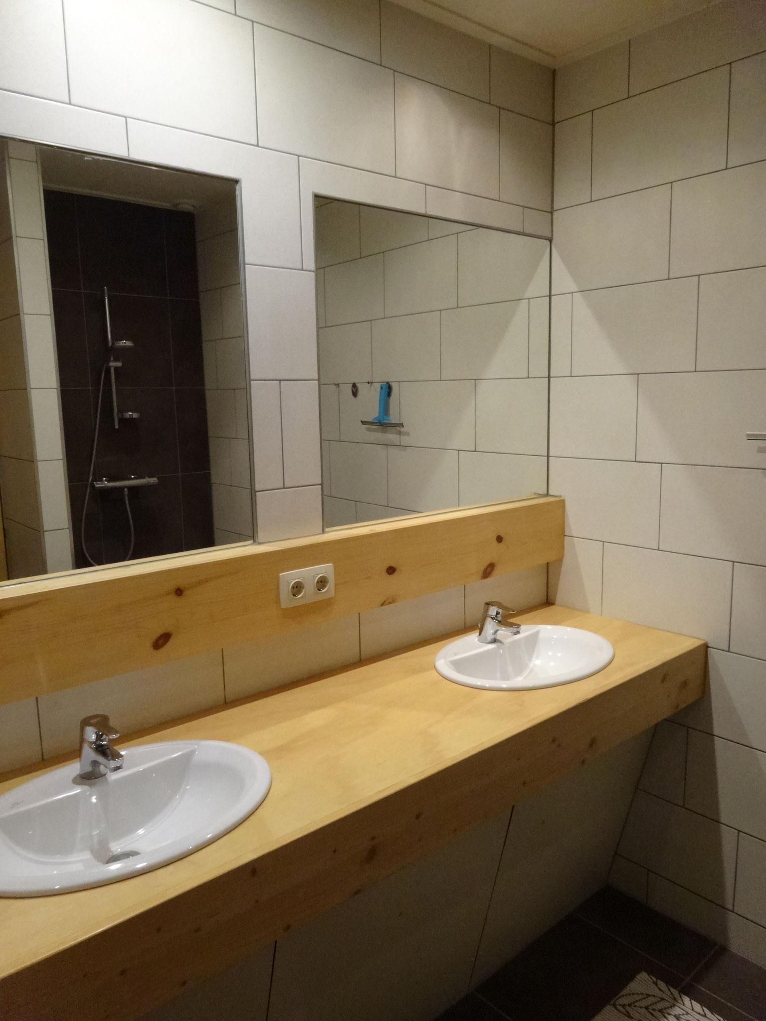 Ruime badkamer met dubbele wastafel