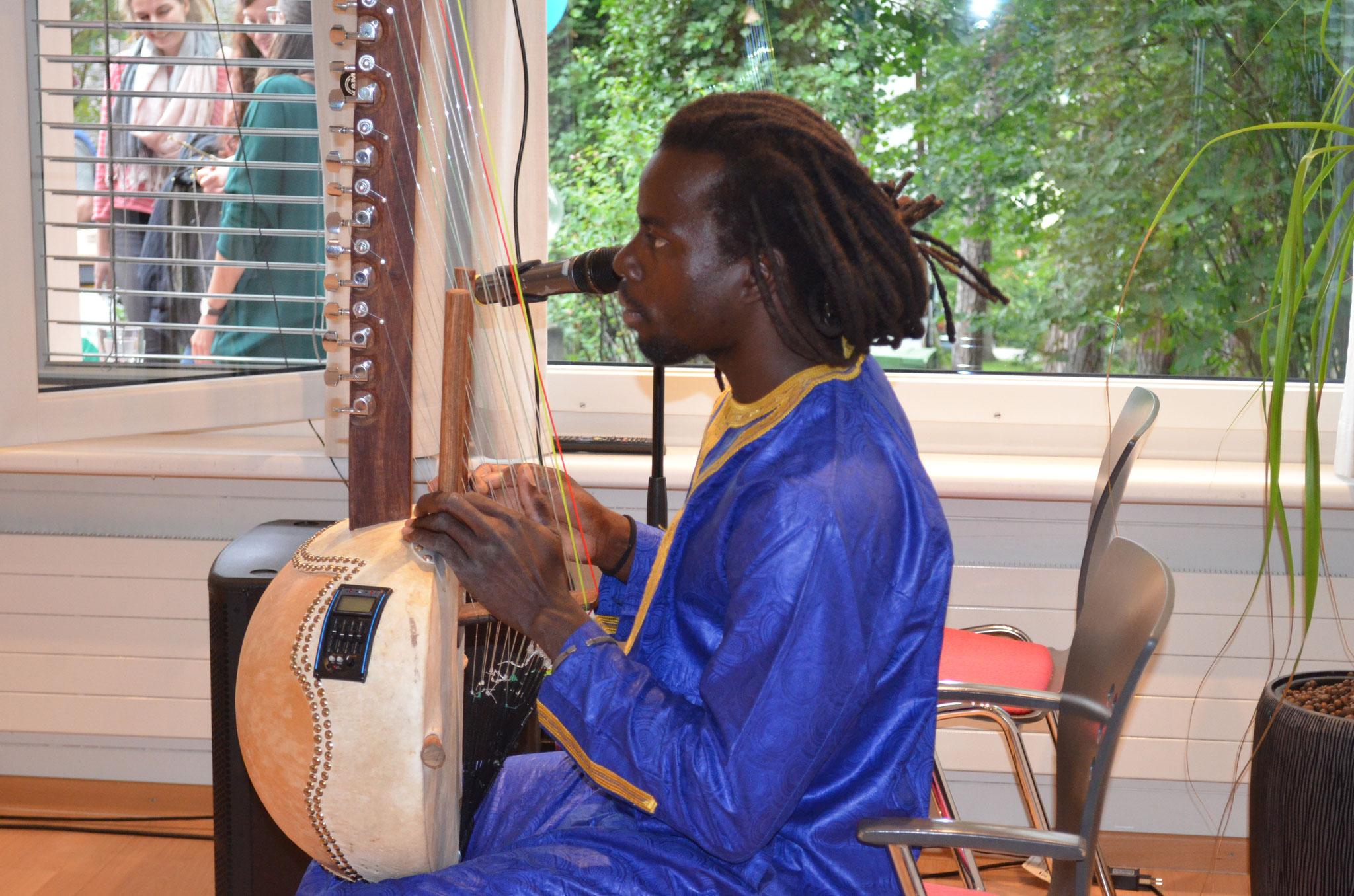 Mit seiner Kora und seinem Gesang liess uns Abdou Aziz in die westafrikanische Musikwelt eintauchen.