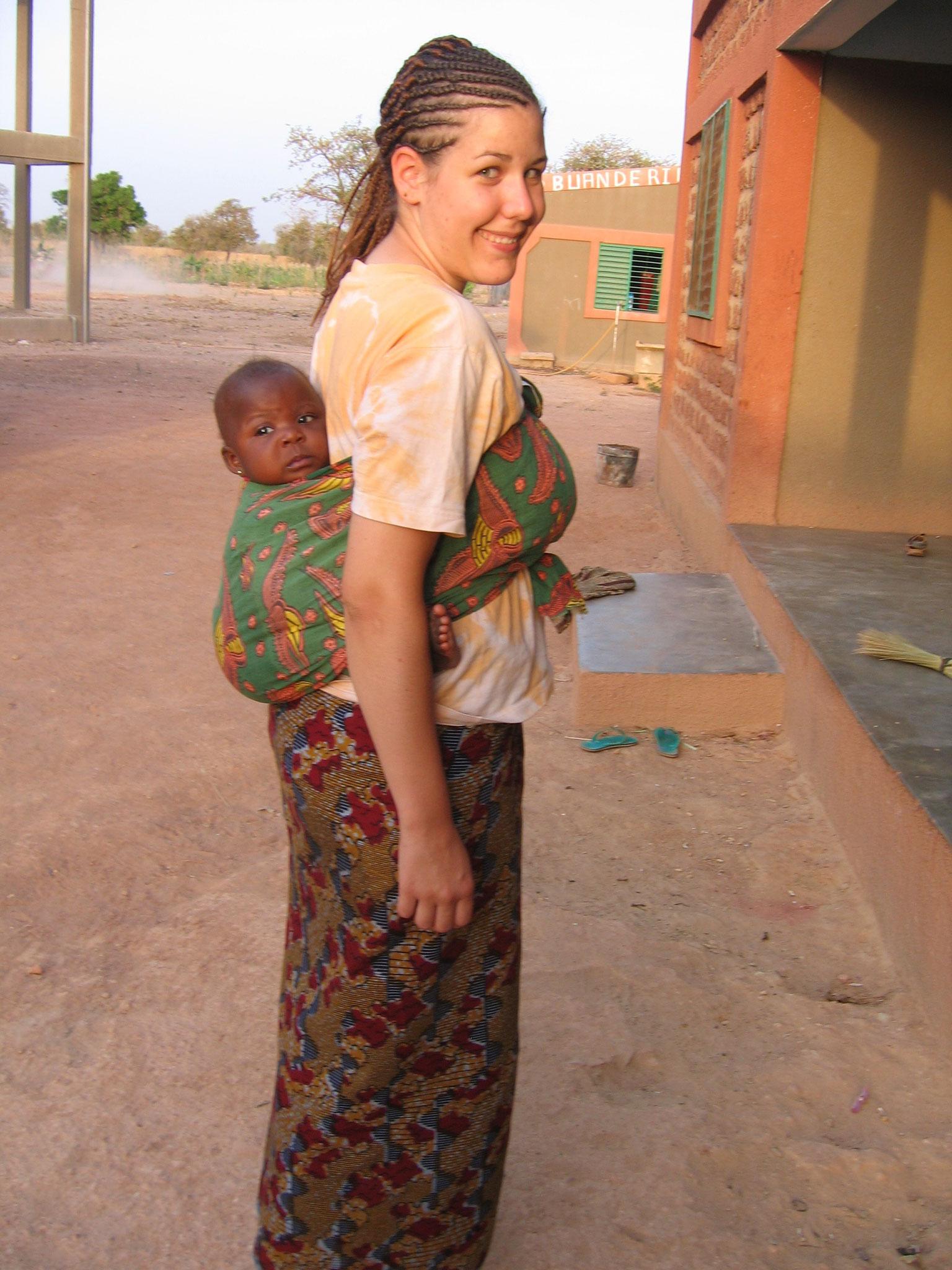 Dabei lernte sie, wie die Kinder in Burkina Faso auf den Rücken gebunden werden. So haben die Frauen freie Hände und können auf den Feldern oder in der Küche arbeiten.