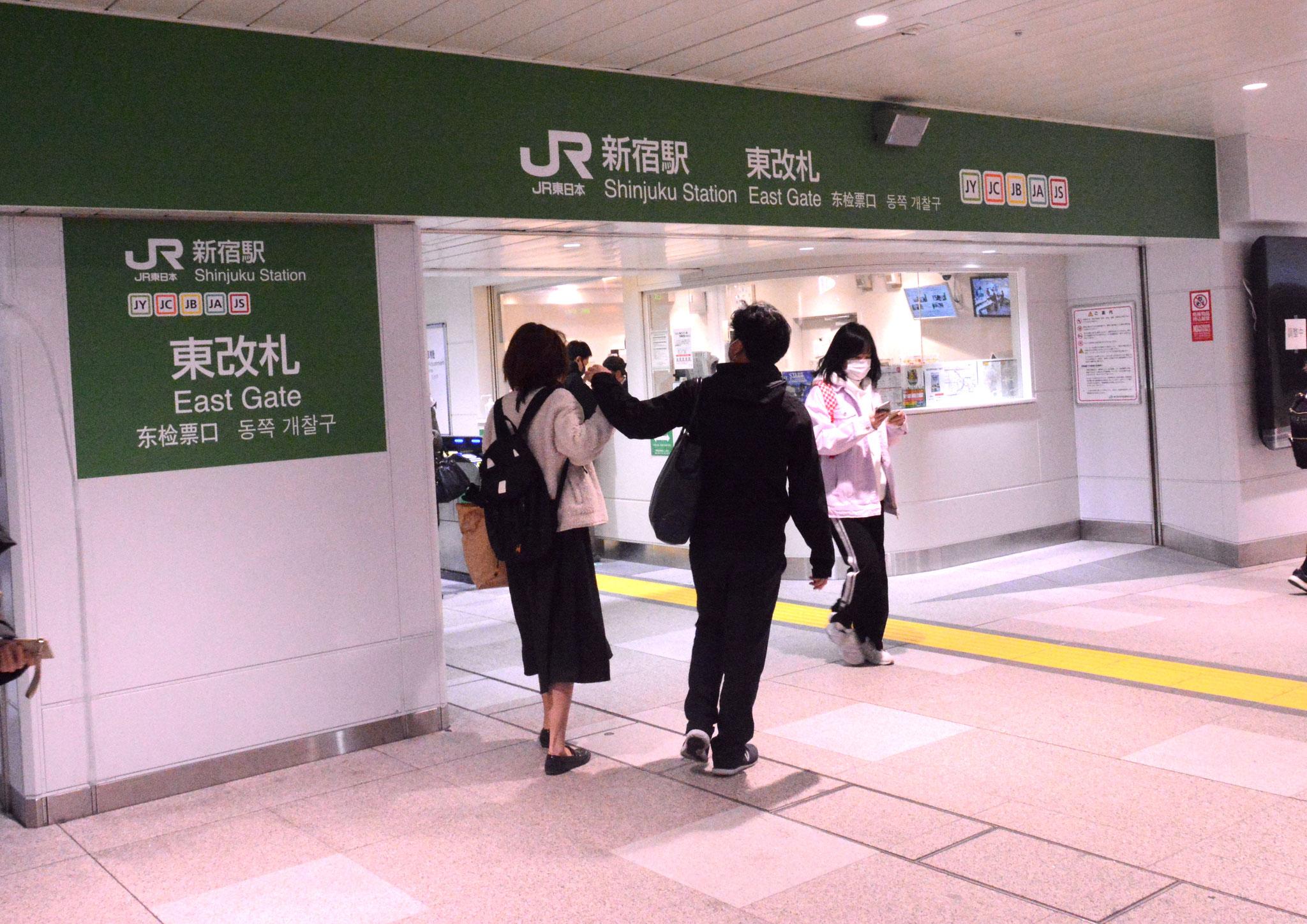 ①→JR新宿駅東改札から【UP's】までは徒歩5分