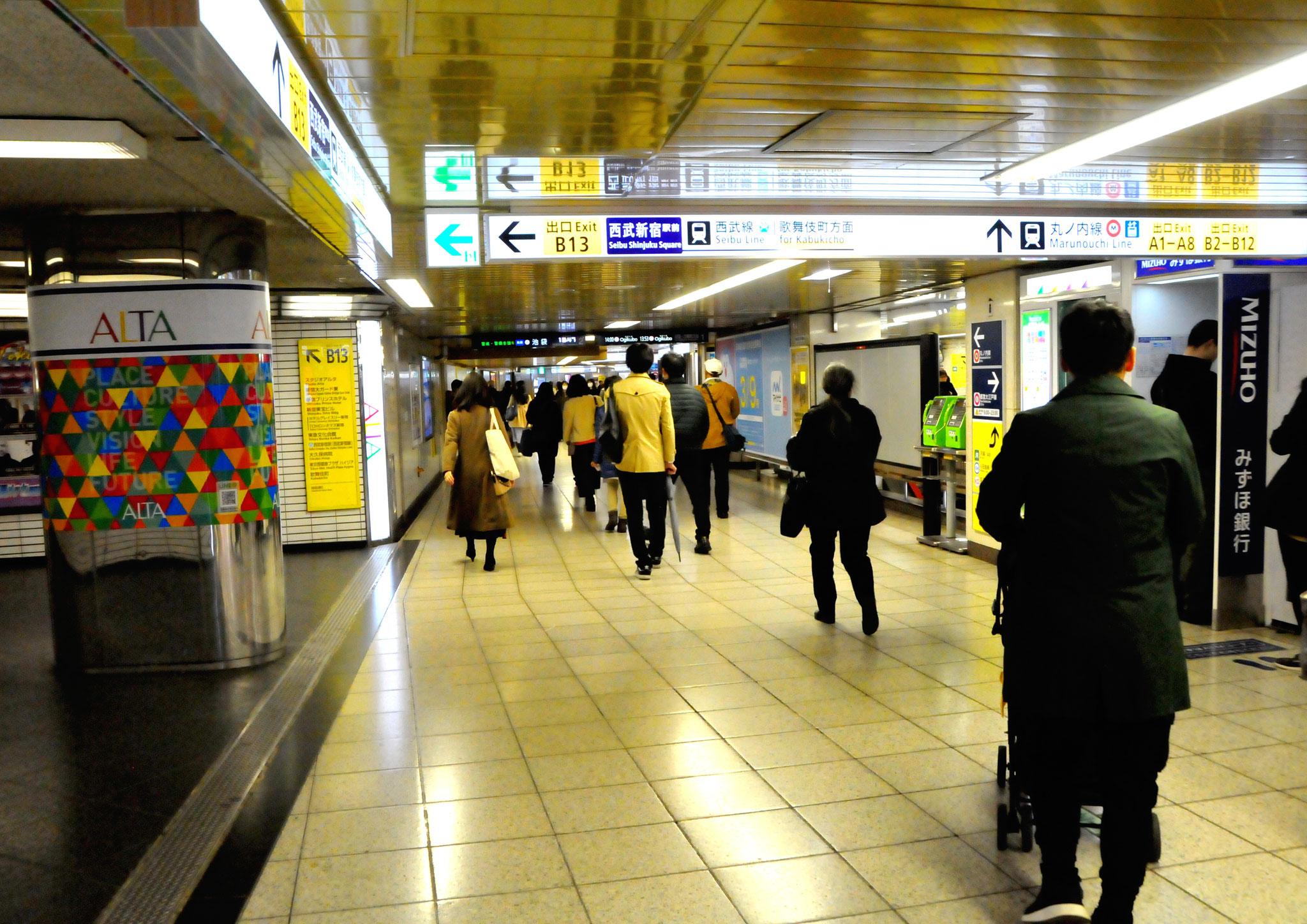 →③ALTA入口を通過し、新宿三丁目方面へ直進