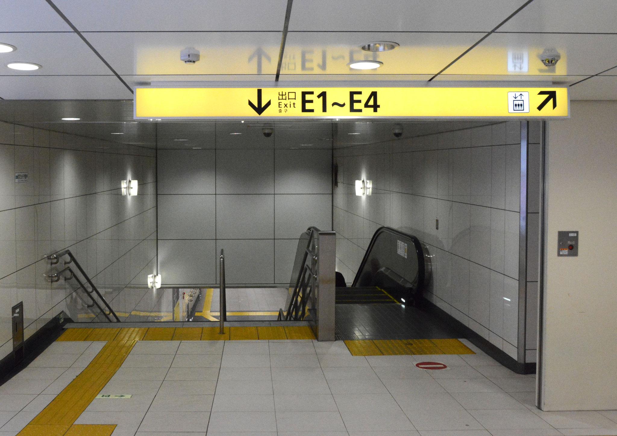 →⑤「E1出口」方面への連絡通路に入ります