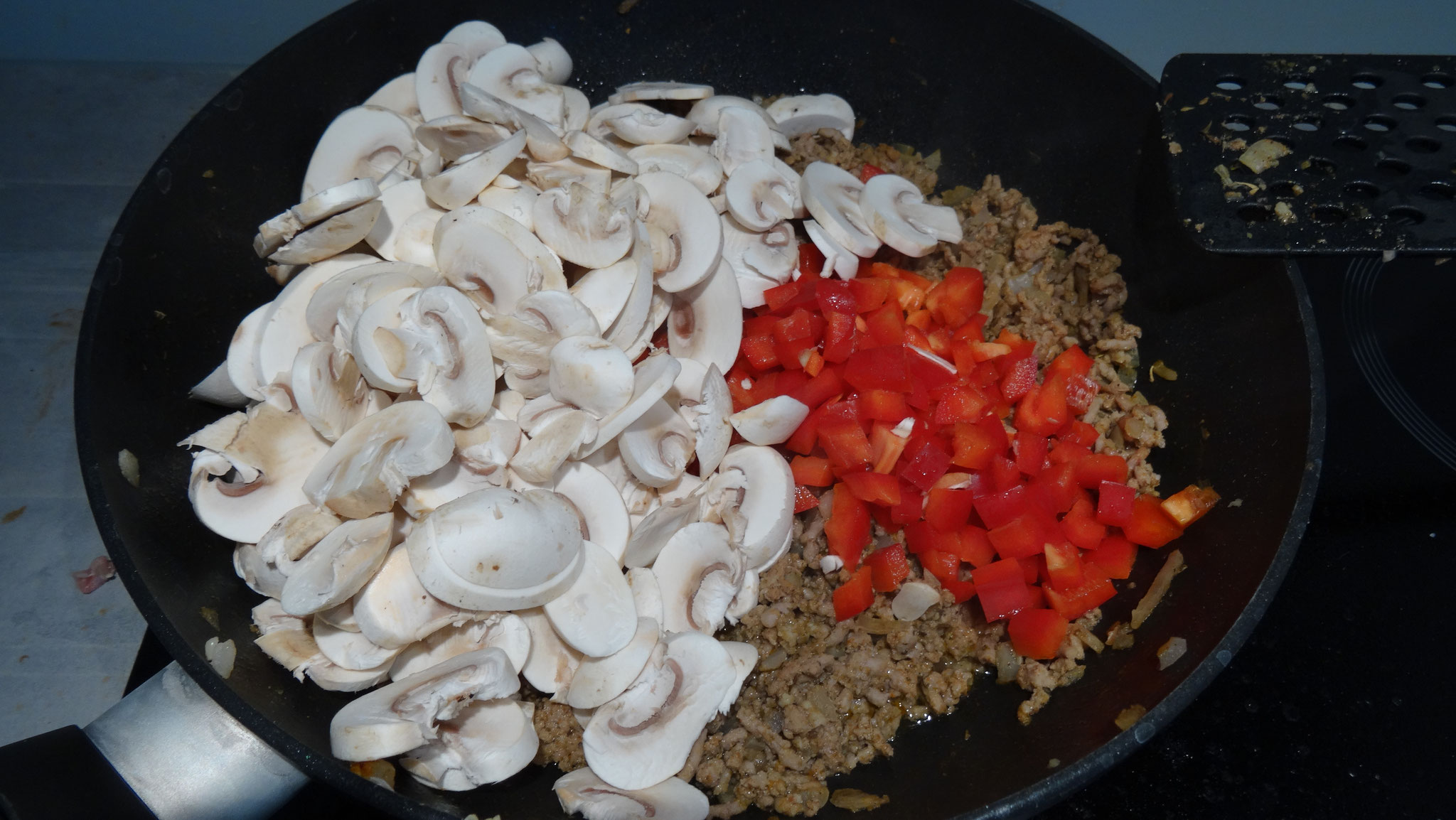 Paprika en champignons toevoegen