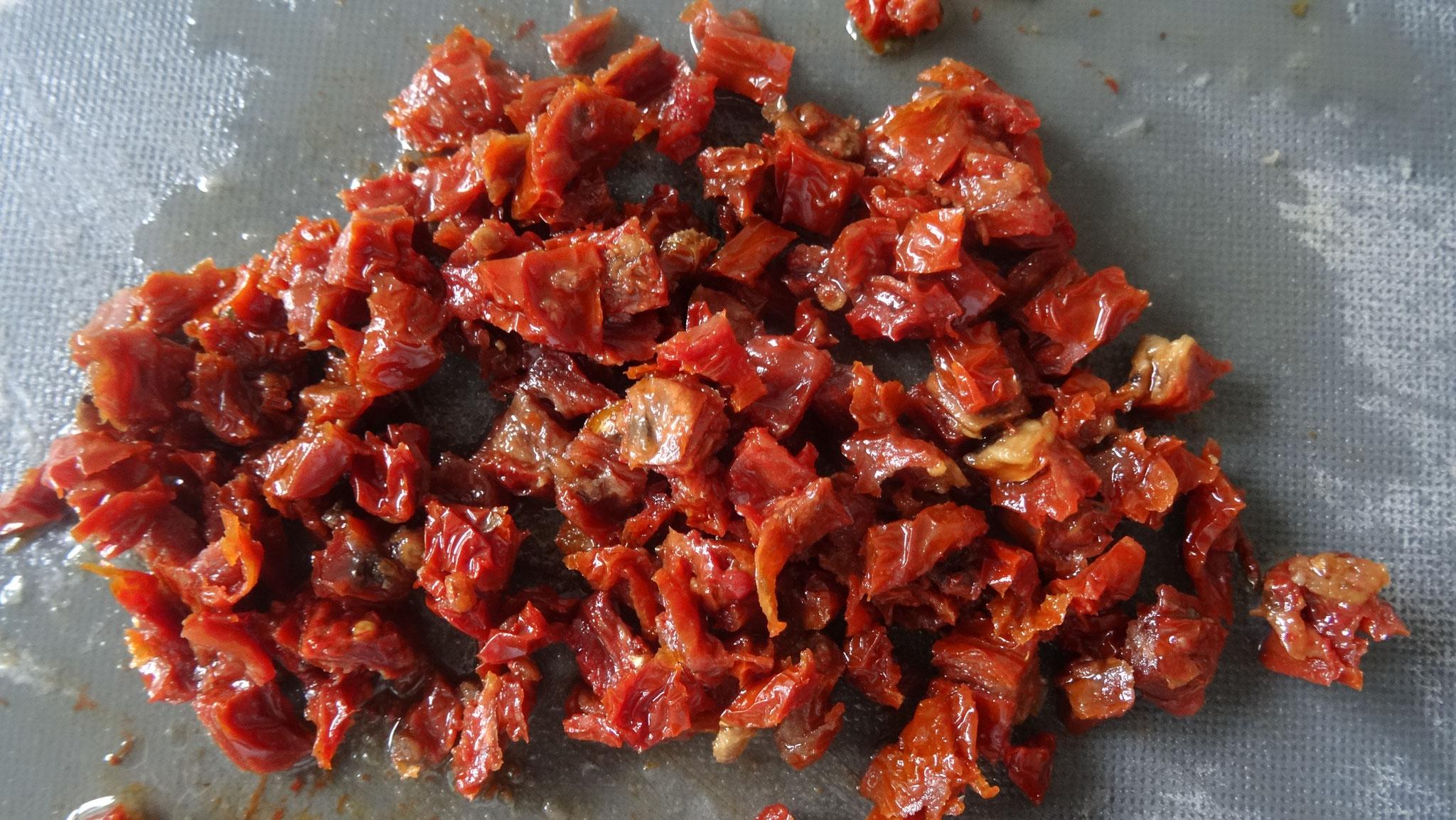 Zongedroogde tomaten snijden