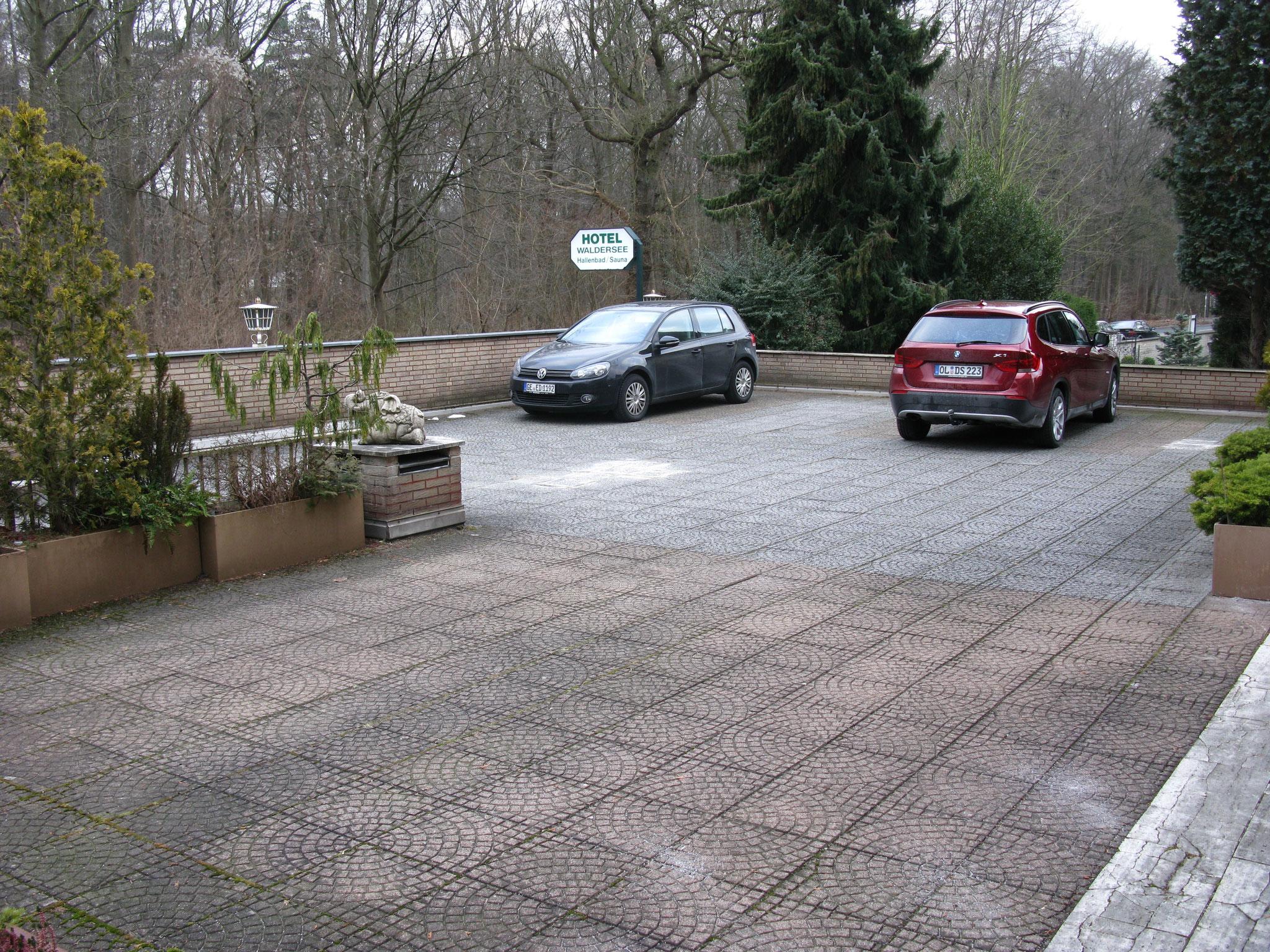 Der Parkplatz vom Hotel Waldersee