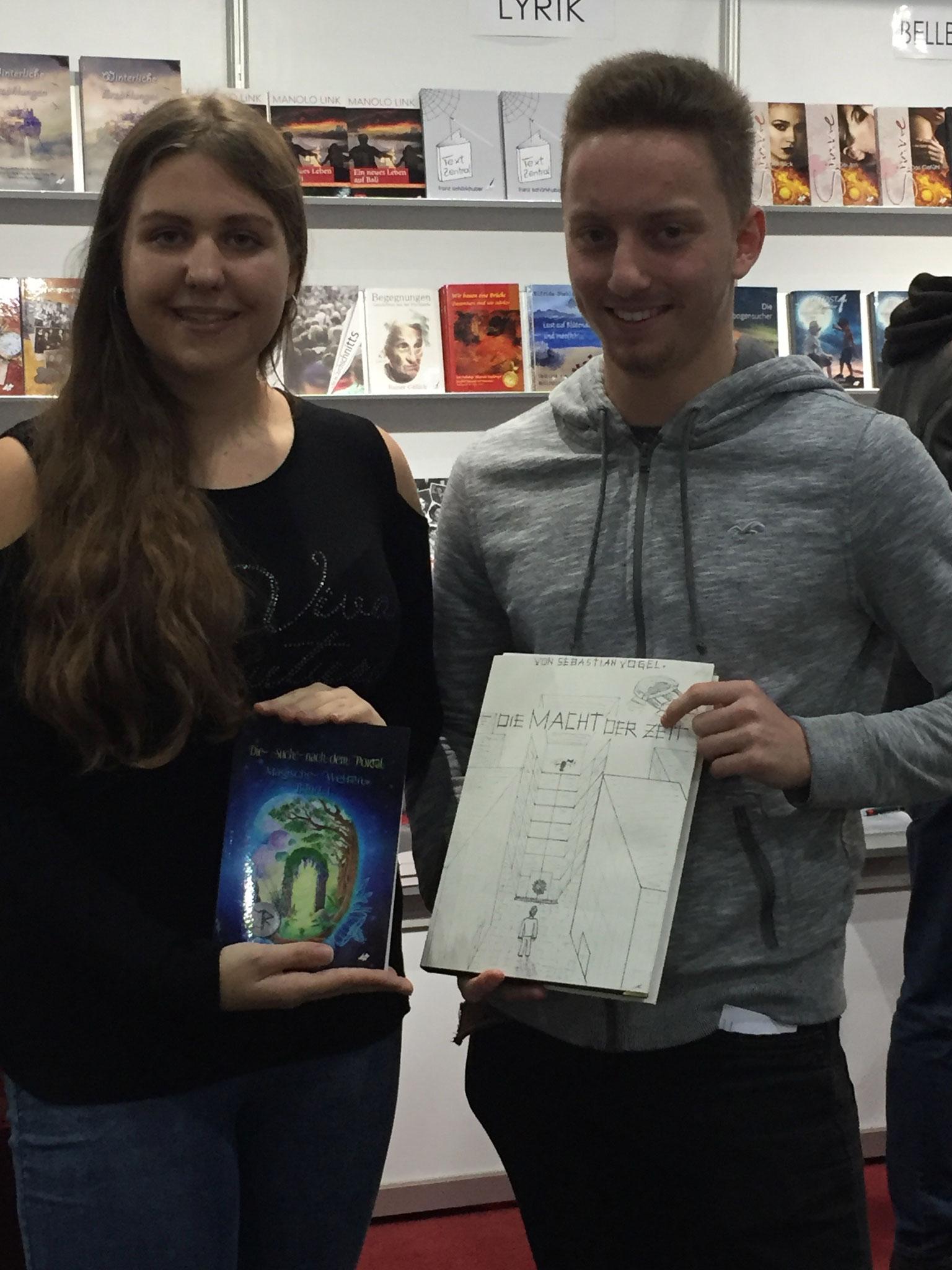 Marion Fuchs mit 'Auf der Suche nach dem Magischen Portal' und ein angehender Autor mit seinem Manuskript