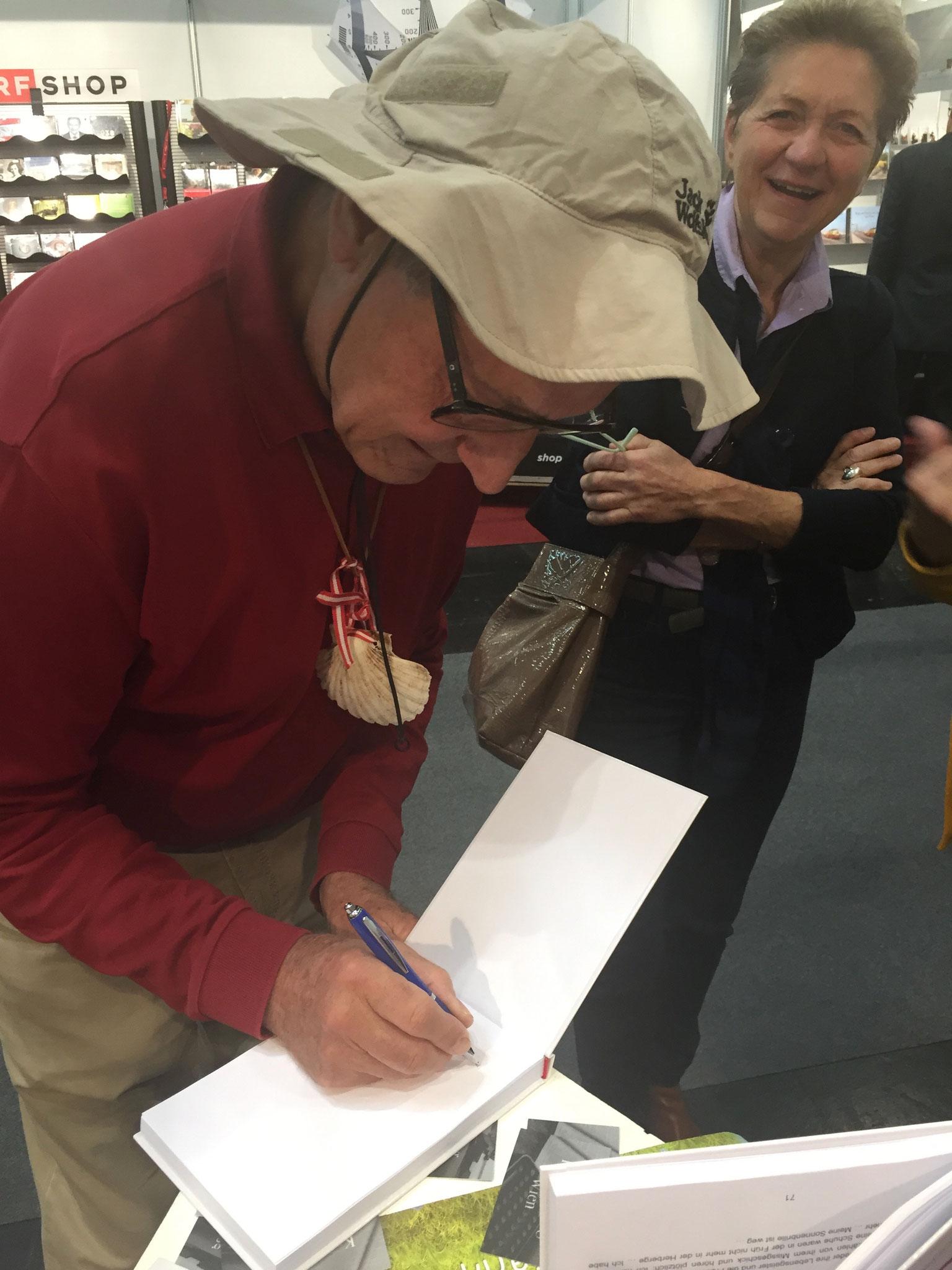 Karl Krammer signiert sein Buch über den Jakobsweg (2sprachig - für Kinder)