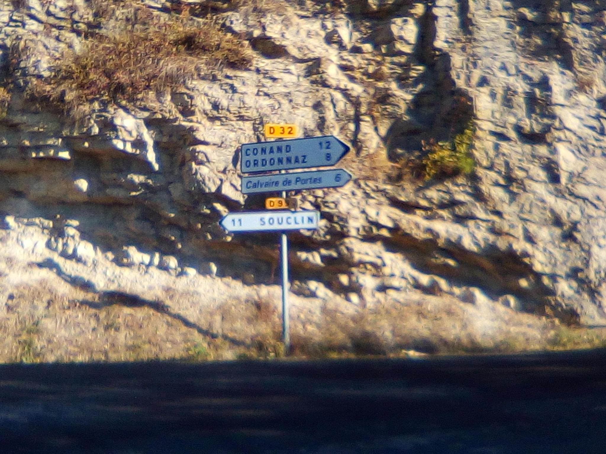 A gauche, belle variante par la Correrie, à droite route directe.