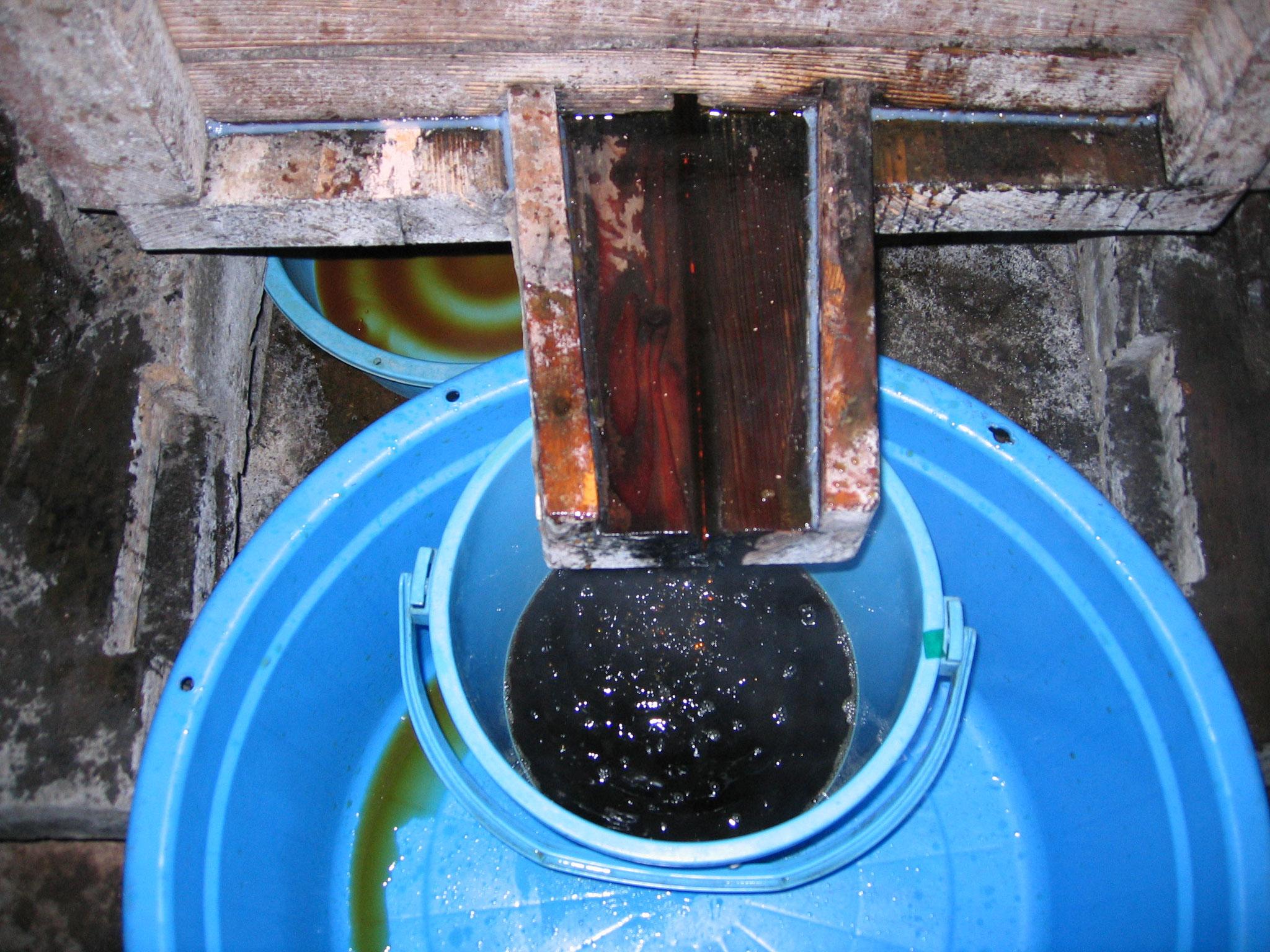 最初は圧搾しなくても重みで自然に汁が出てくる。