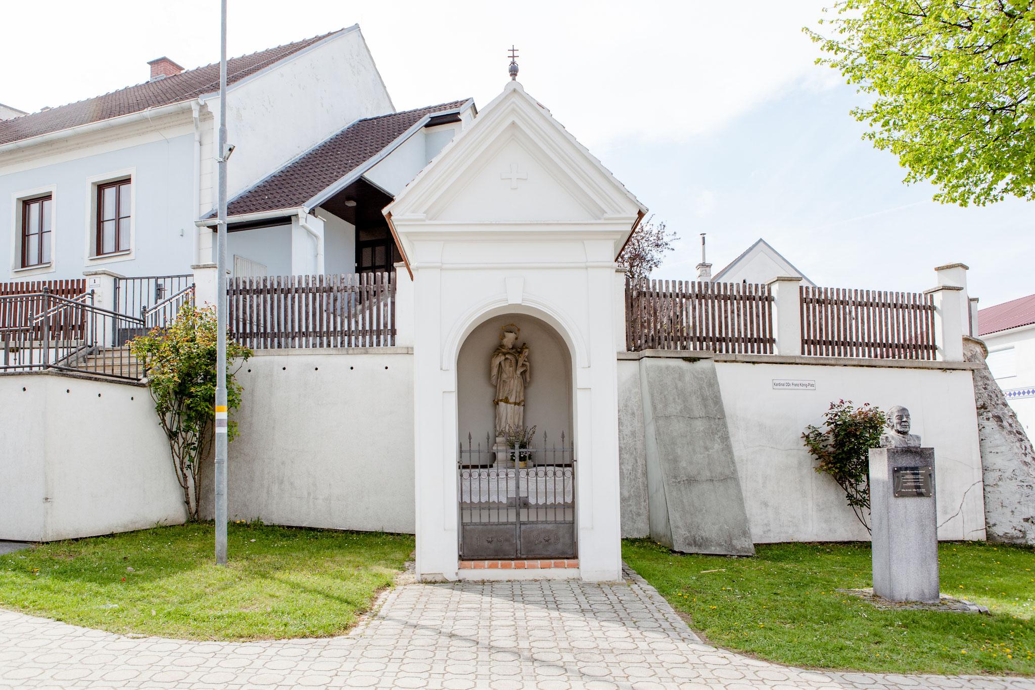 Johannes-Kapelle: Kardinal DDr. Franz Köngi-Platz – betreut von Familie Janoch, Hauptstraße 35